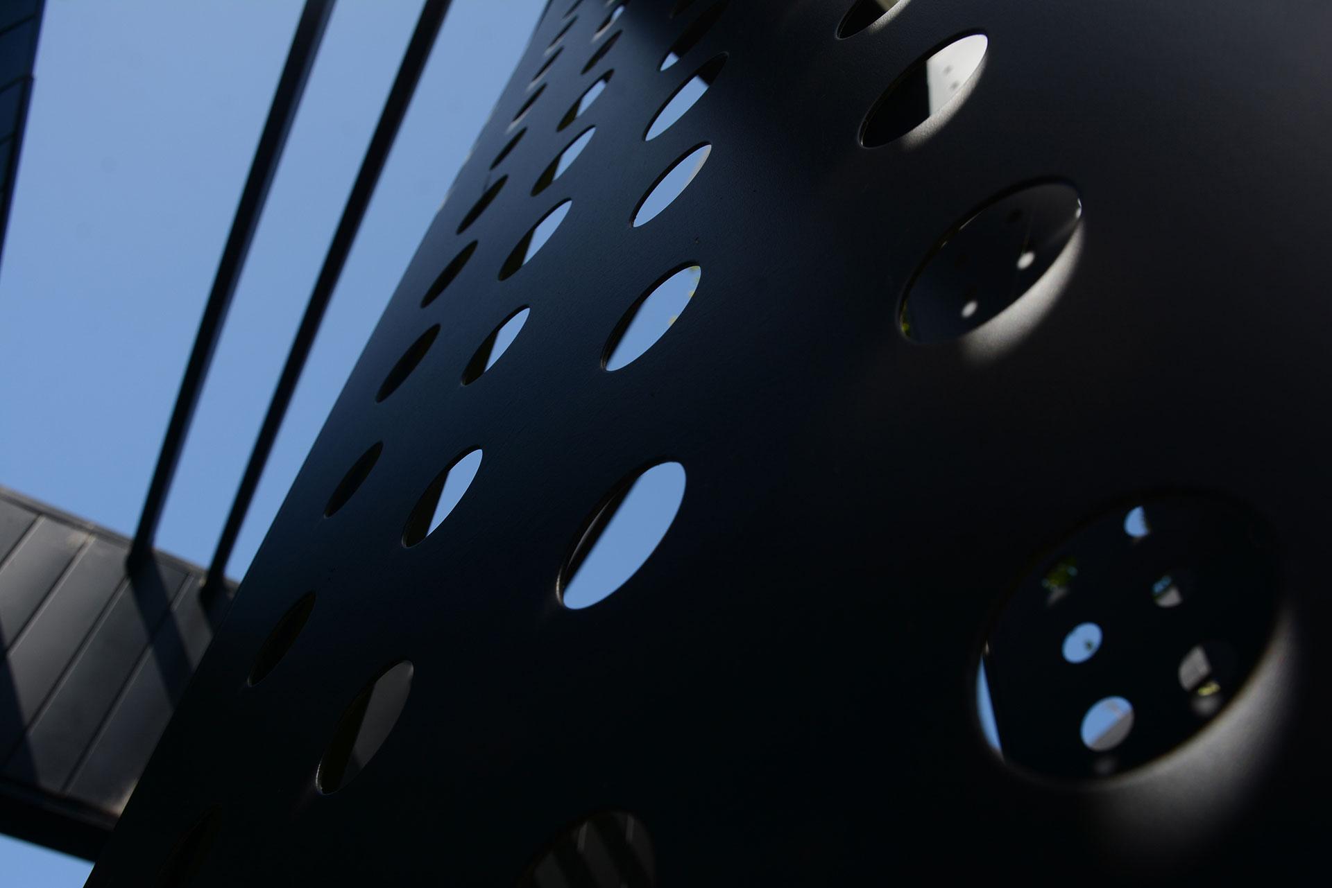 Cuenta con una superficie cubierta de 400 metros cuadrados distribuidos en cinco plantas –planta baja, tres niveles elevados y un subsuelo