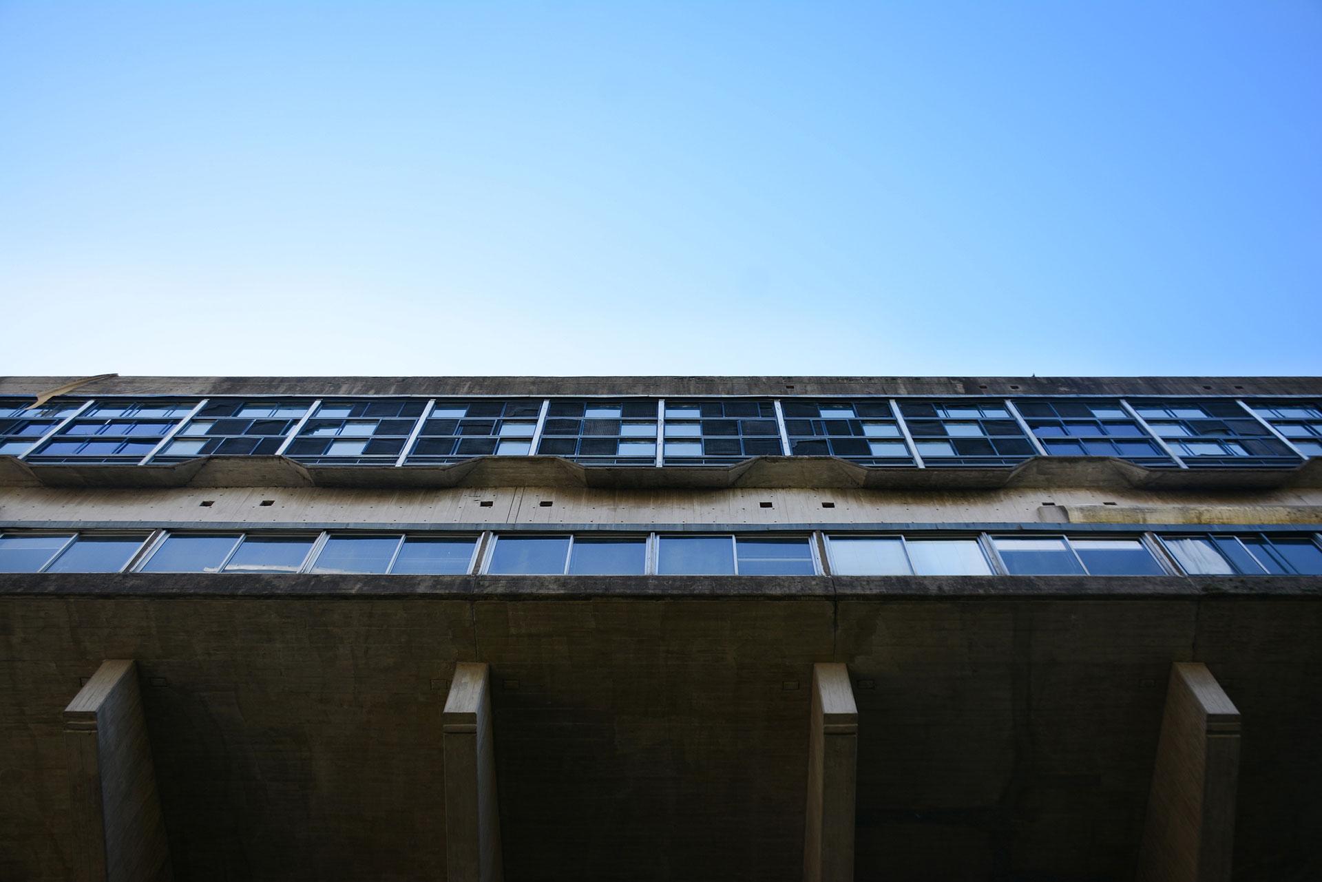 Sobre el terreno que perteneciera a la quinta Unzué -ex residencia presidencial-, irrumpe con notable potencia expresiva la arquitectura 'brutalista' de esta pieza arquitectónica única, en el recinto verde conformado y contrastado por los densificados bordes edilicios urbanos