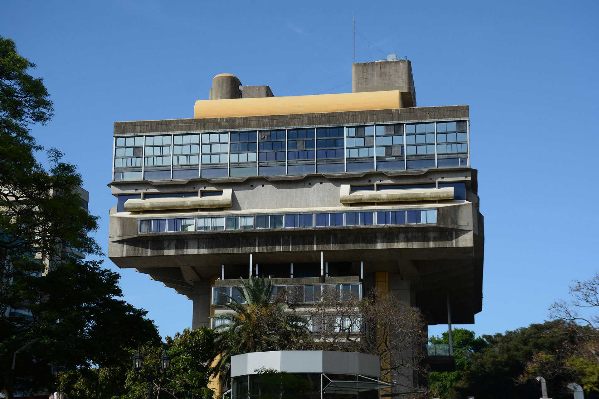 Existe una división programática en organismos funcionales independientes articulados mediante plazas y terrazas, y una exaltación y concentración de su estructura en cuatro pilares