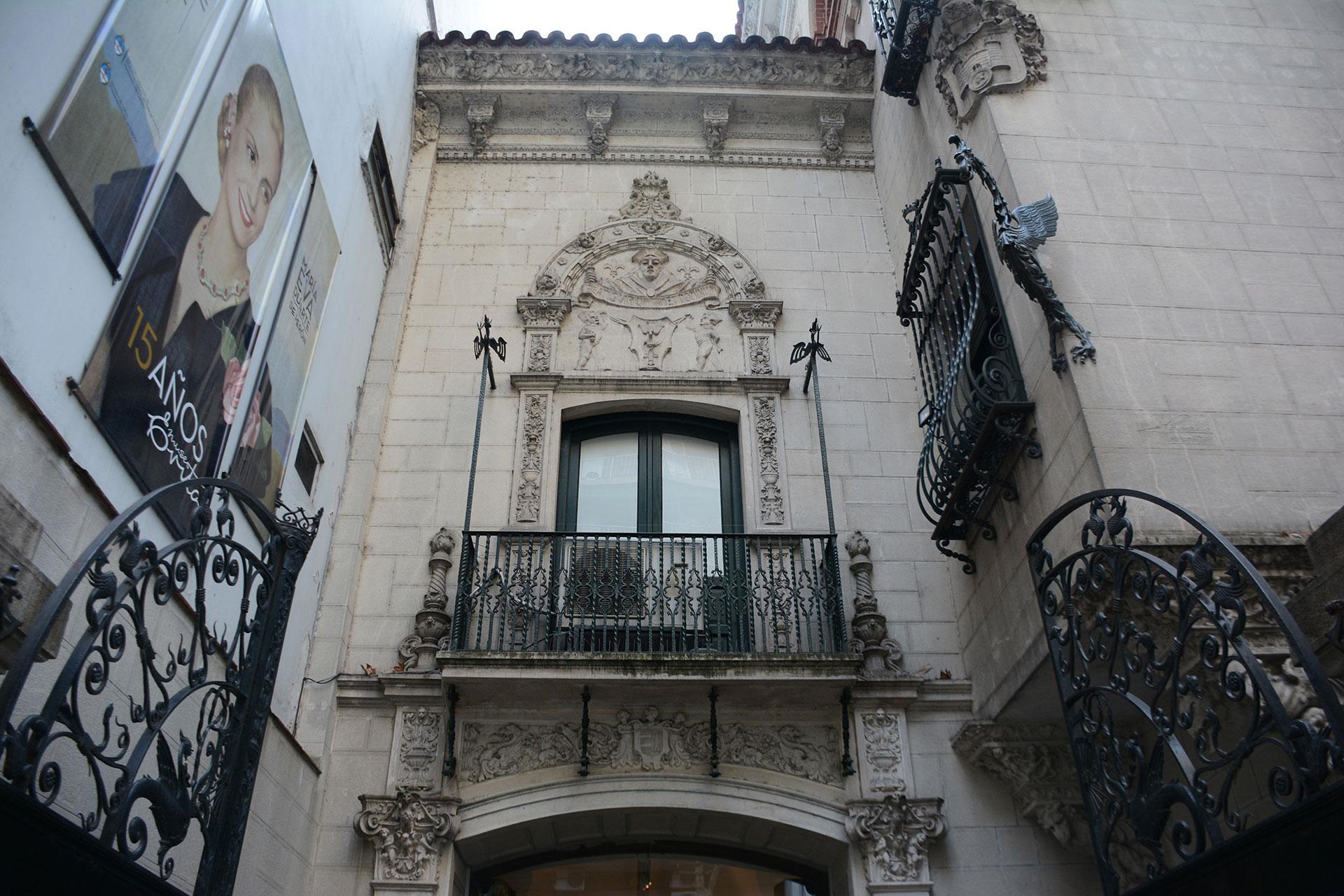 Esta obra de remodelación conjugaba elementos platerescos y del renacimiento español e italiano en un desarrollo de tres niveles y torre
