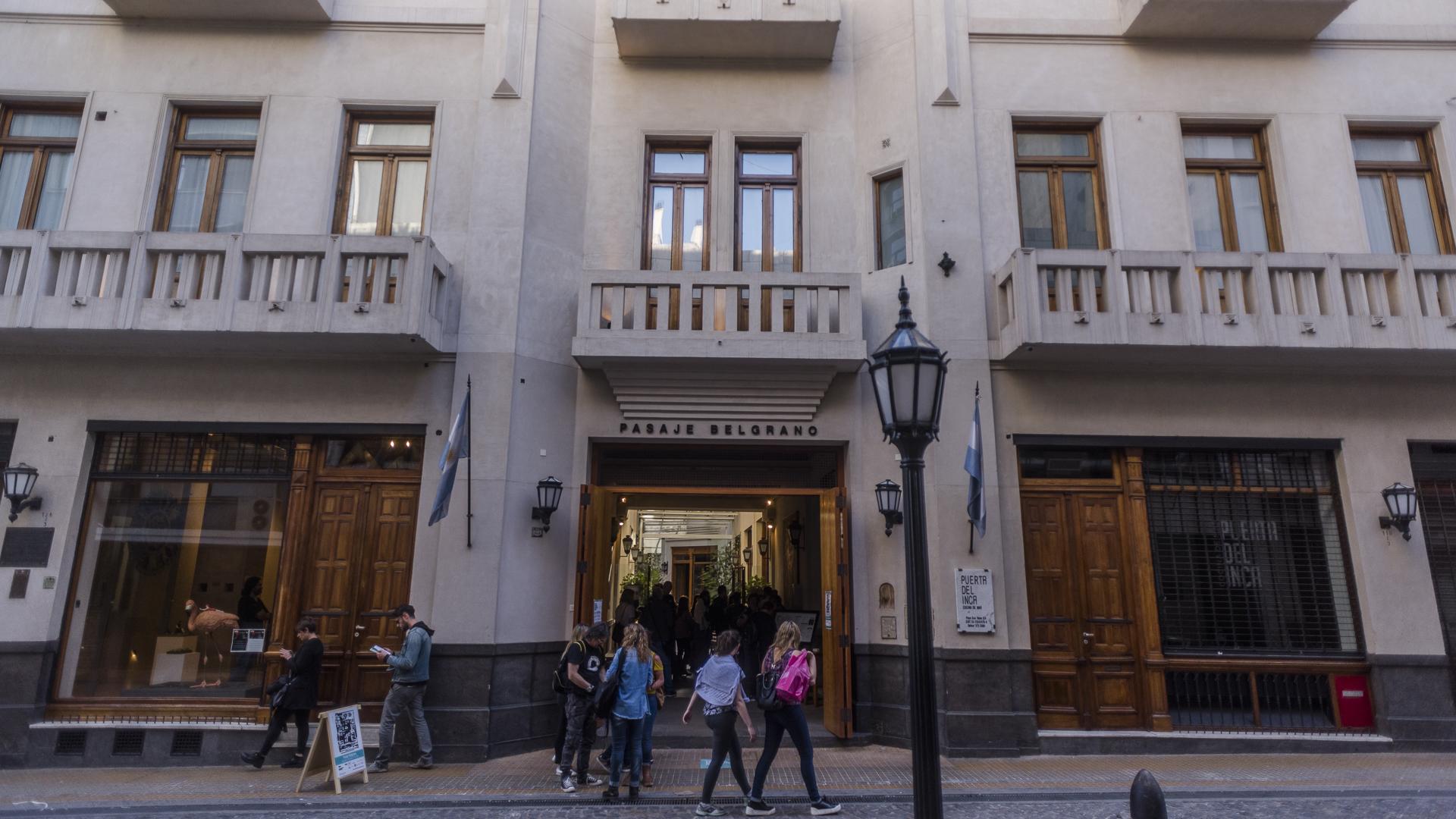 PASAJE BELGRANO. El edificio constituía originalmente un pasaje con entrada por las calles Bolivar y Belgrano, rodeado por viviendas de renta en los pisos superiores y locales comerciales en planta baja.