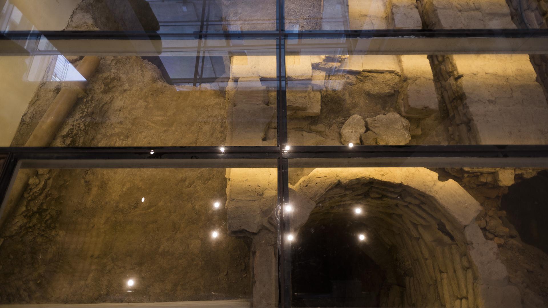 Durante su recuperación se hizo un hallazgo arqueológico que obligó a reformular la totalidad del proyecto, incorporando un piso transparente que permite observar en el subsuelo el sitio del hallazgo y los elementos encontrados