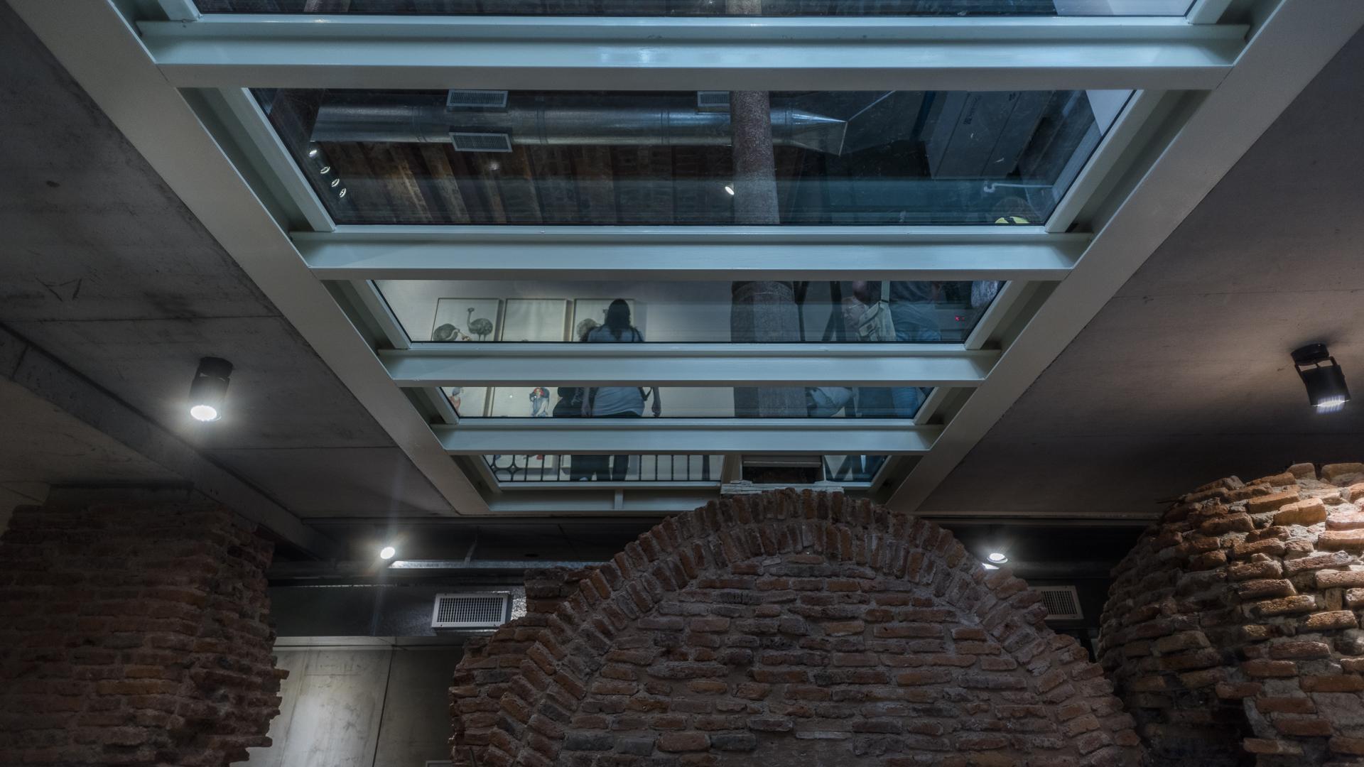 El edificio constituía originalmente un pasaje con entrada por las calles Bolívar y Belgrano, rodeado por viviendas de renta en los pisos superiores y locales comerciales en planta baja