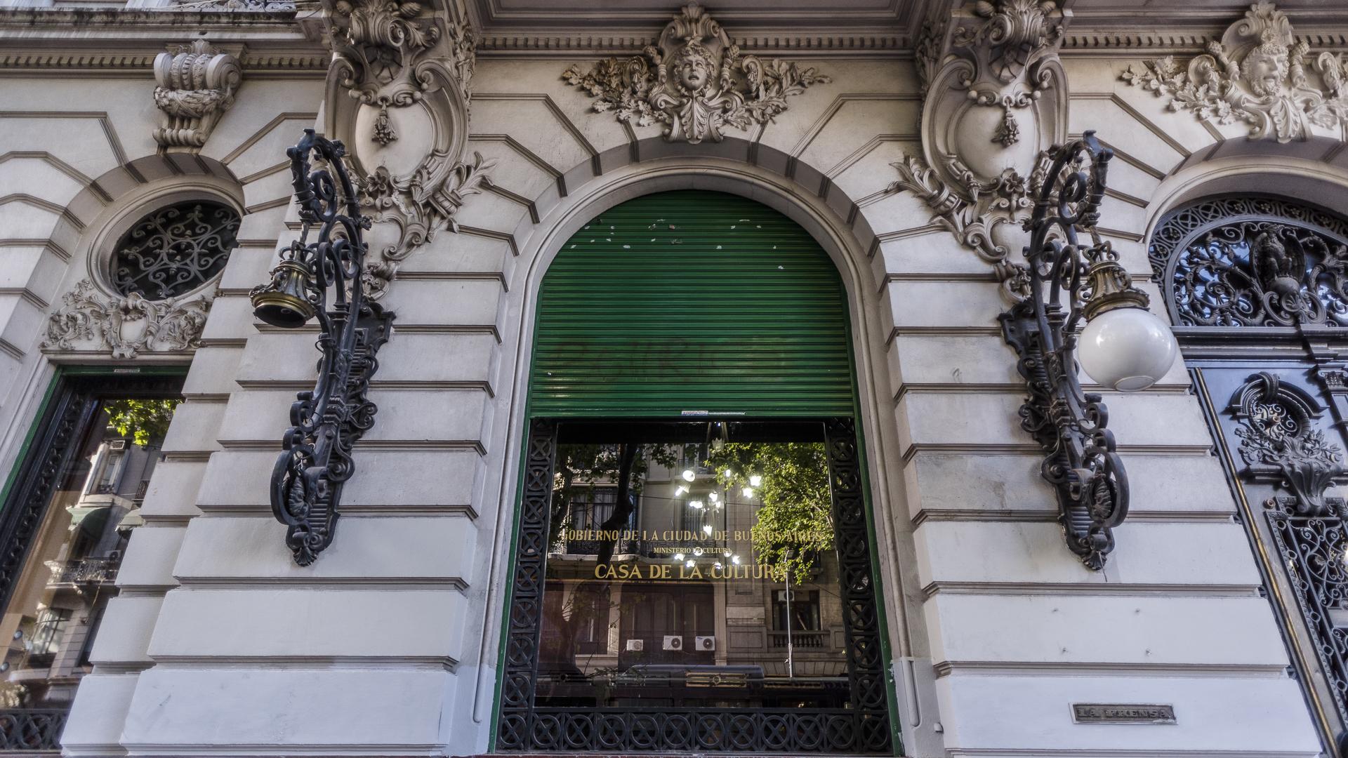Tanto las fachadas como los majestuosos interiores en estilo 'Garnier' combinan magistralmente elementos de múltiples firmas de procedencia francesa