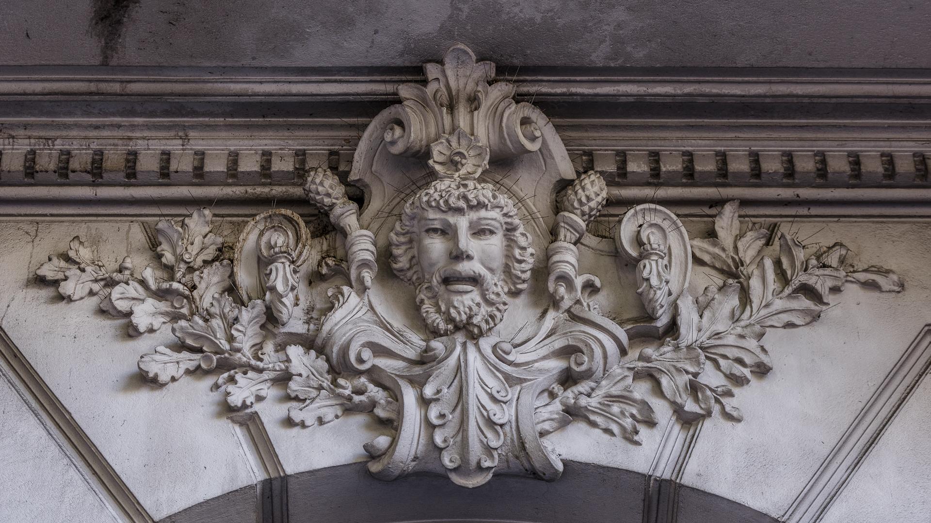 El edificio construido a instancias de su propietario José C. Paz y proyectado en París, fue adaptado al terreno en la Argentina por los ingenieros Carlos Agote y Alberto Gainza -egresados de L´Ecole des Beaux Arts de París