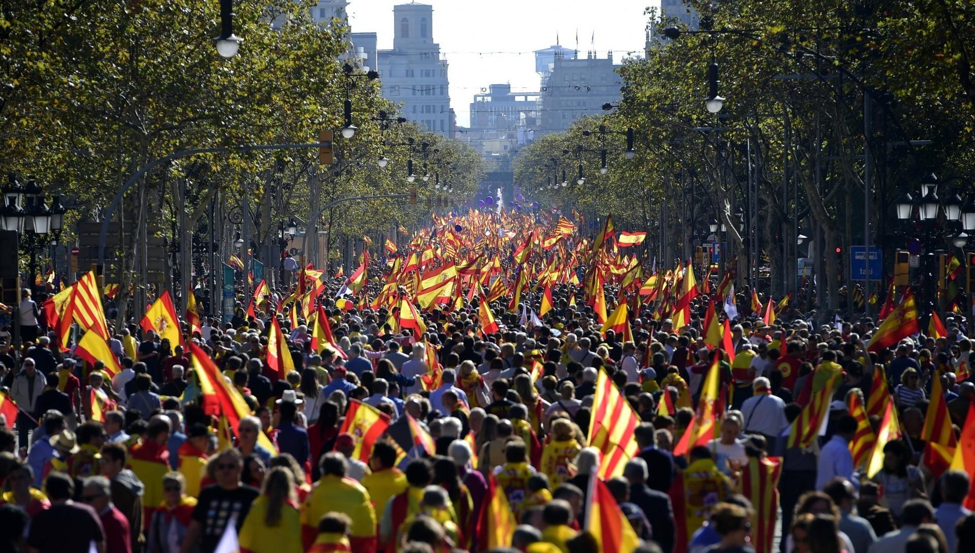 """Bajo el lema """"¡Todos somos Cataluña!"""" y un mar de banderas españolas y catalanas, una multitud de personas se concentró en el elegante paseo de Gracia de la capital catalana"""
