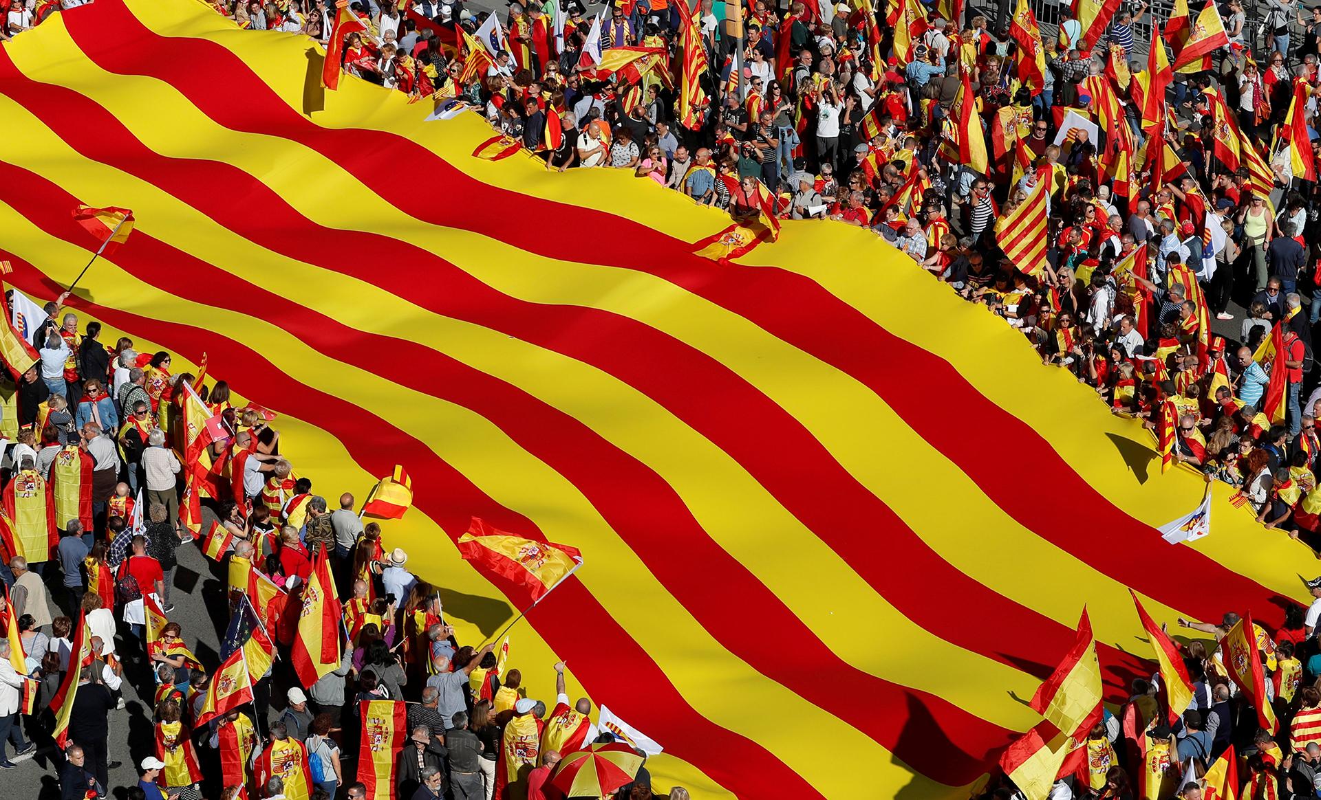 Al final de la manifestación tomaron la palabra el exministro del PP Josep Piqué, el exministro socialista y expresidente del Parlamento Europeo Josep Borrell y exlíder del Partido Comunista Español Paco Frutos