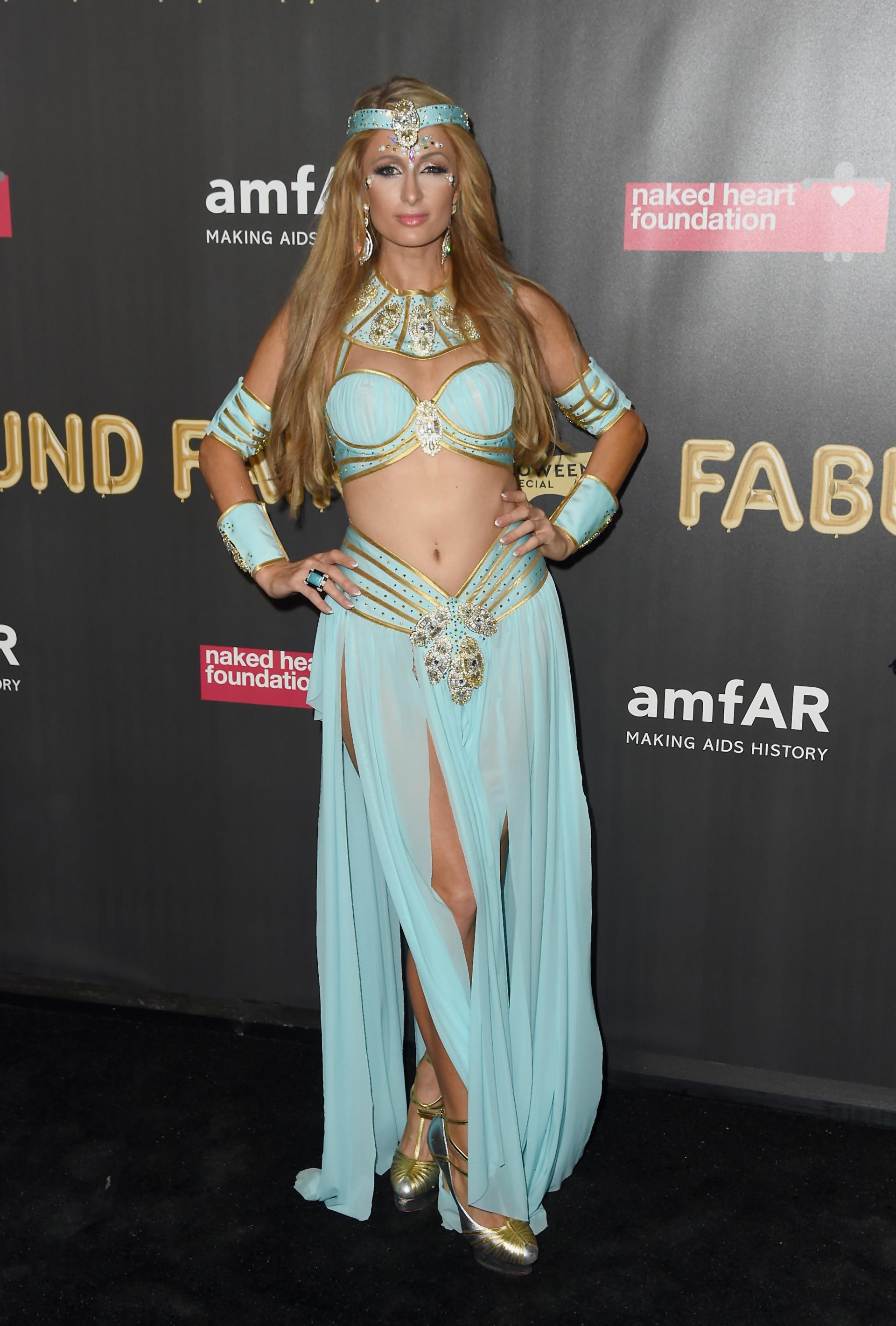 La heredera Paris Hilton lució un lujoso disfraz que imitaba a la perfección a la princesa de Disney, Jazmine (Photo by Nicholas Hunt/Getty Images)