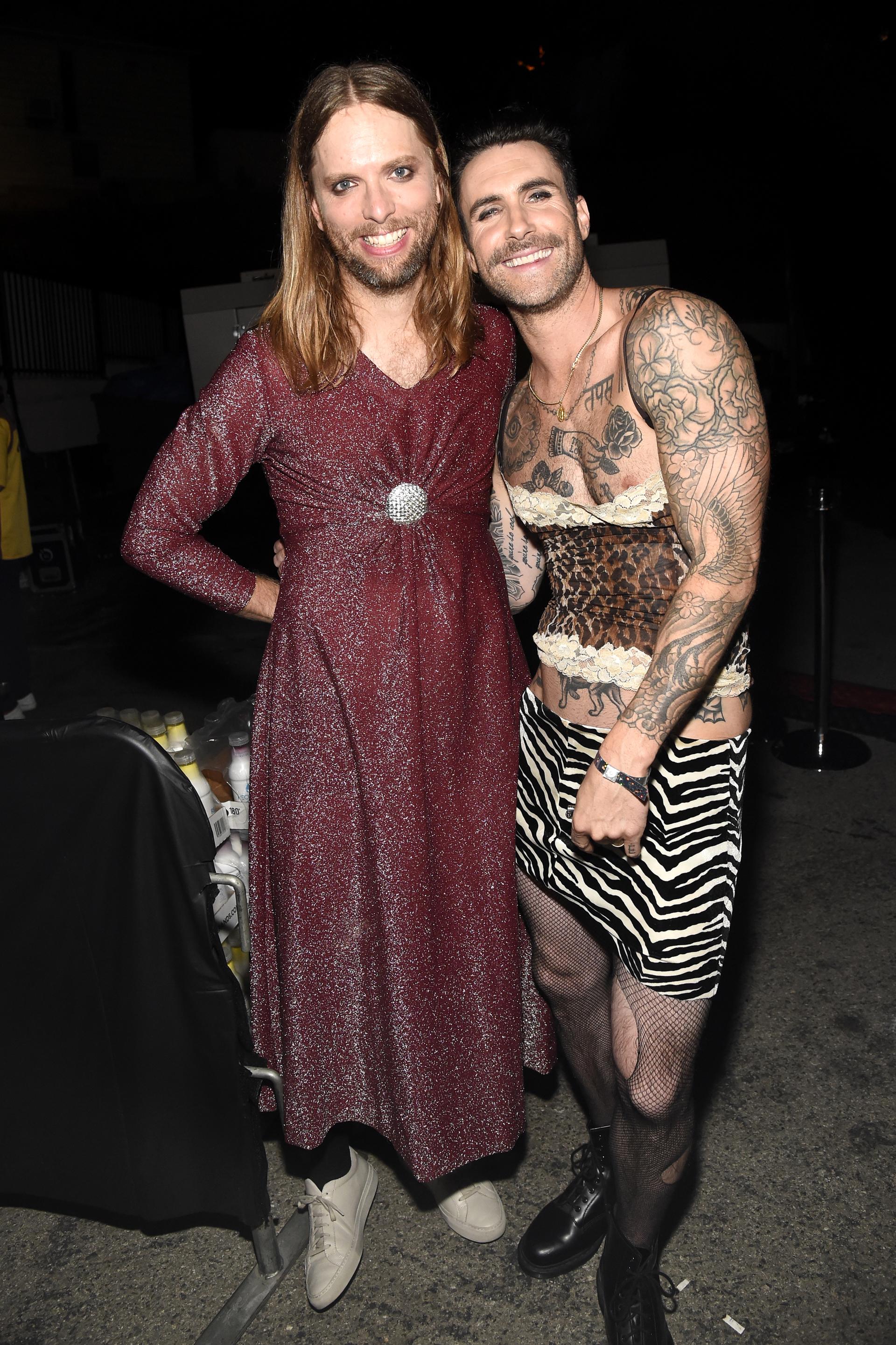 James Valentine y Adam Levine líderes de Maroon 5 no se perdieron la fiesta. James con un vestido en lurex borravino y Adam de animal print y medias de red (Photo by Kevin Mazur/Getty Images for Casamigos Tequila)