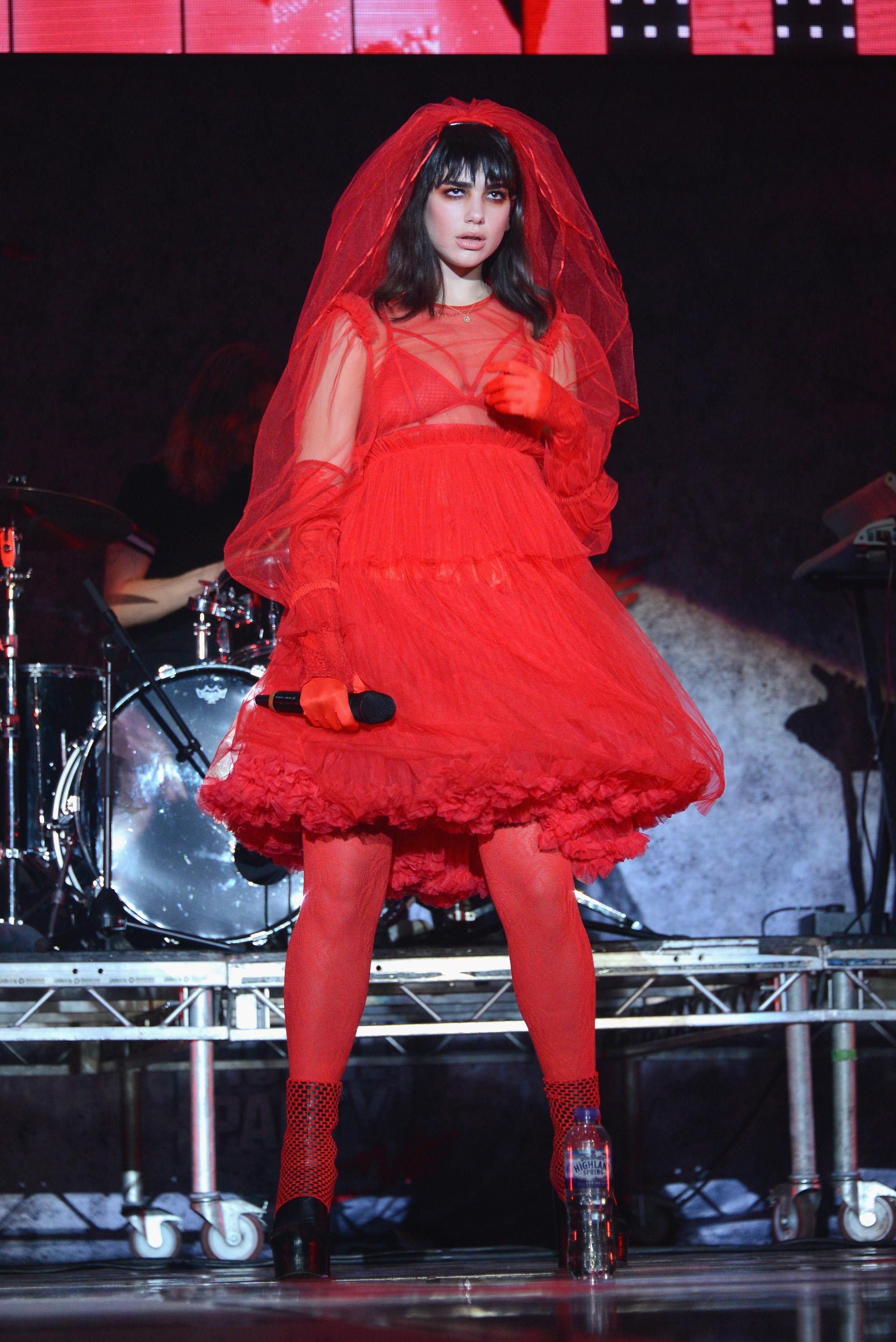 La cantante del momento, Dua Lipa se presentó en 'Kiss Haunted House Party' con un vestido de tul rojo como una novia despechada diabólica (Photo by Joe Maher/Getty Images)
