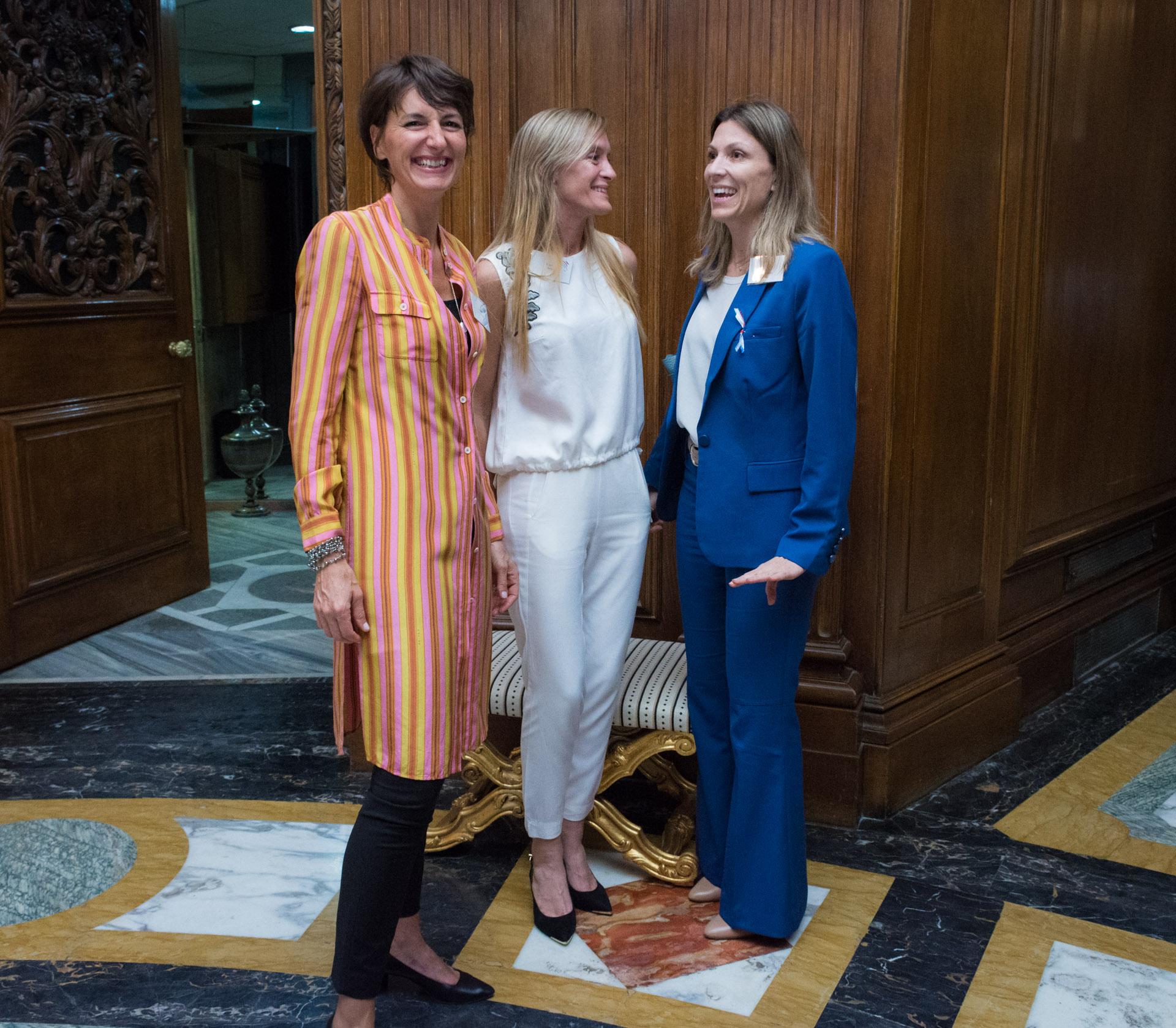 La vicepresidente de Marianne, Laurance Mengin de Loyer junto a María Eugenia Botta socia fundadora de Marianne y presidente 2017-2018 e Isela Costantini, una de las jurado de la premiación