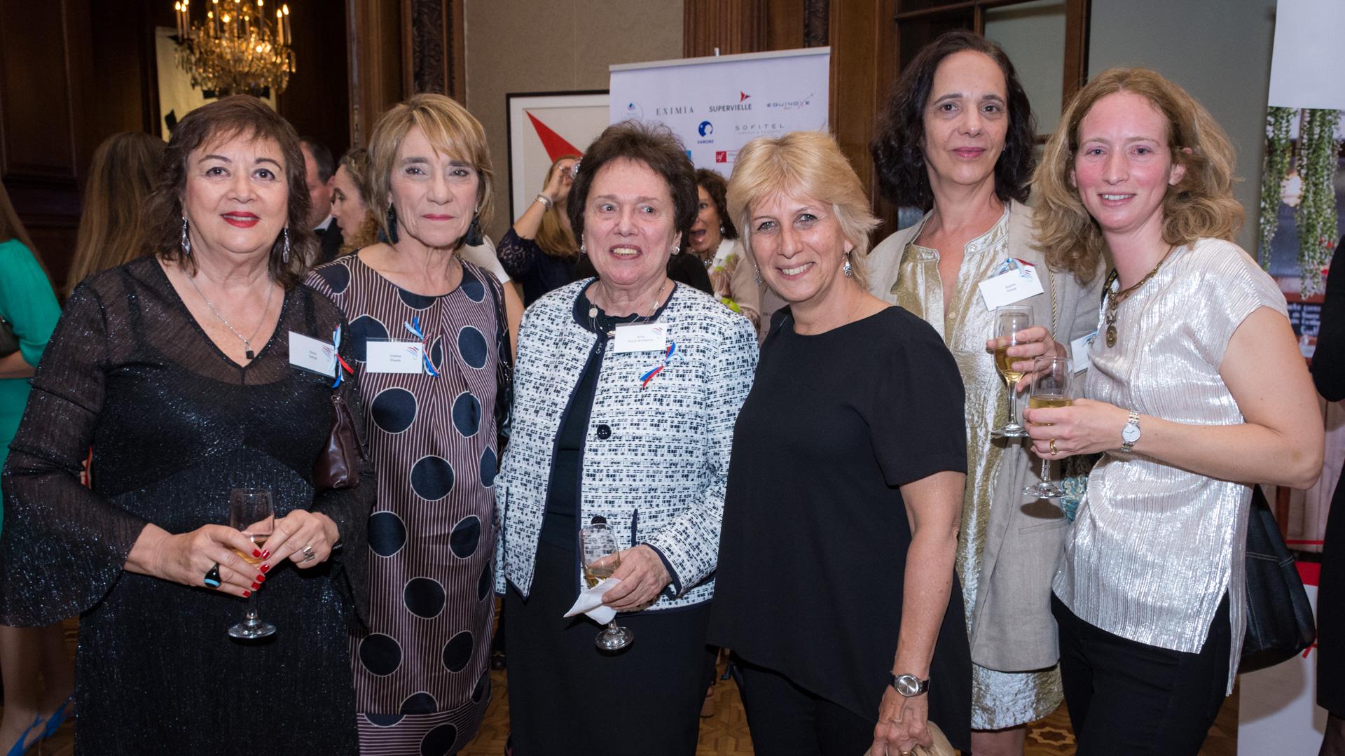 Diana Saiegh(Fundacion Konex)Cristina Piceda (Autora del premio Marianne); Silvia Hirisch de Dujovne (Arquitecta socia de Dujovne-Hirsch y asociados); Patricia Pellegrini Haas (directora Creciendo Mega Baby Store), Sophie Pomar (fundadora y editora de Elliot&Pomar Libros) y Céline Mignot (socia de Ba75)