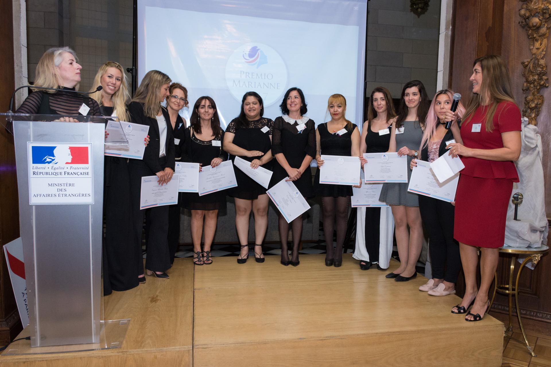 Las 10 mujeres emprendedoras seleccionadas para el premio Marianne. Variados rubros se presentaron: industrial, diseño, servicios y tecnología participaron con sus proyectos para el gran premio de un viaje a Francia. Recibieron un diploma por haber sido seleccionadas entre más de 100 concursantes