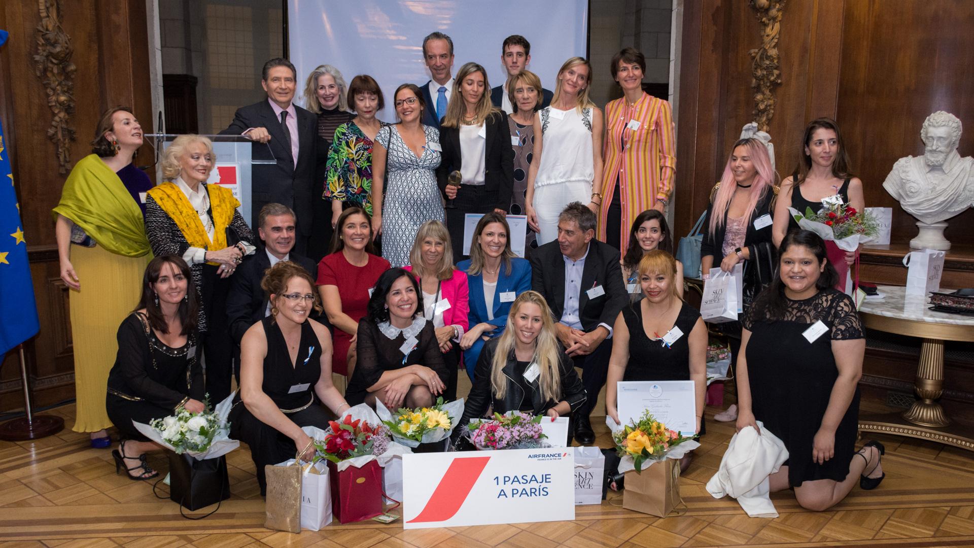Las 10 finalistas y la ganadora del concurso se fotografiaron junto a las autoridades de Marianne, la Asociación de mujeres Franco-Argentinas en la Embajada de Francia