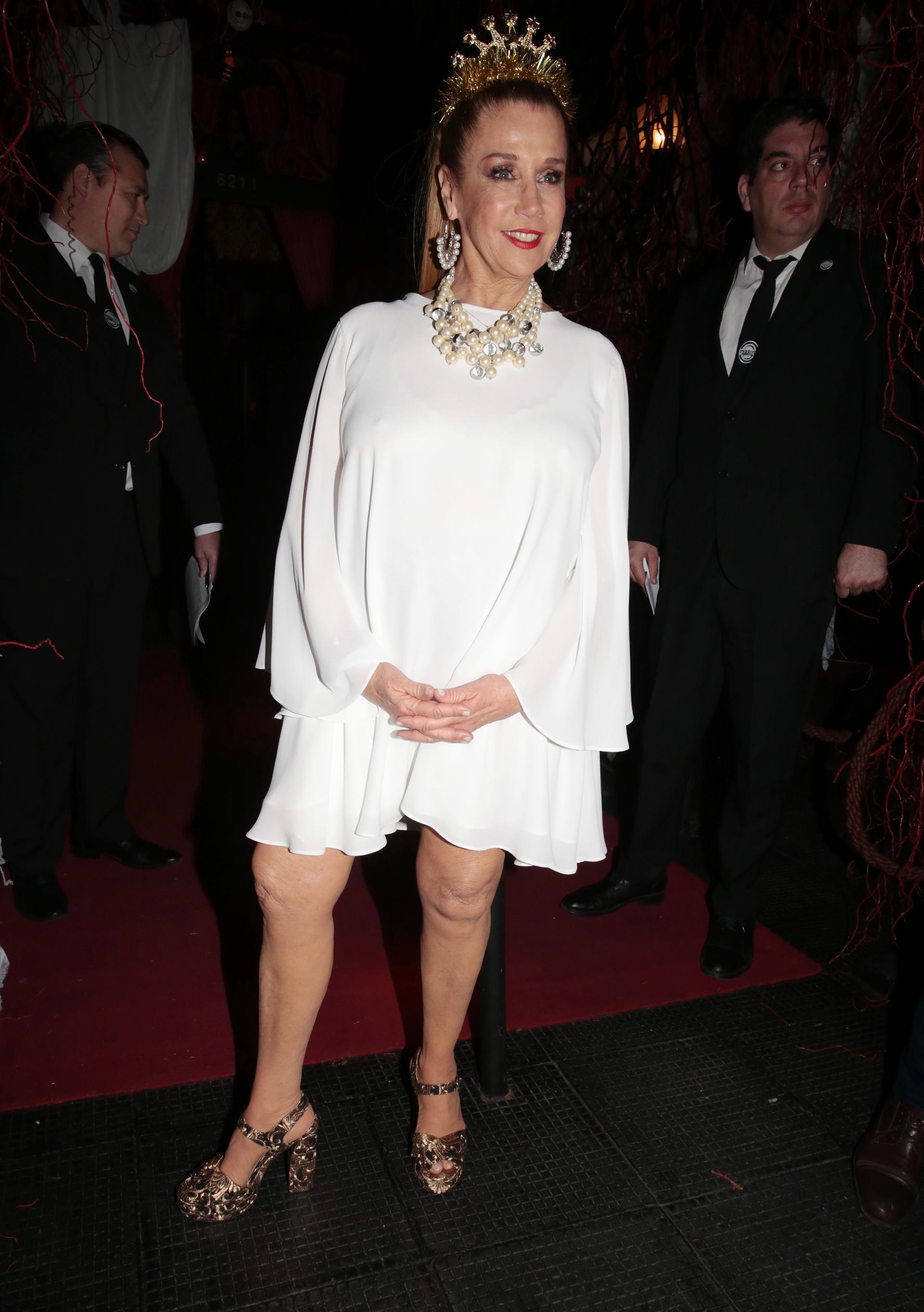 """Marcela Tinayre lució un vestido blanco corto. La conductora de ciclo """"Las Rubias + Uno """", que se emite por KZO de lunes a viernes de 13:30 a 16, completó el look con una corona en su cabeza"""