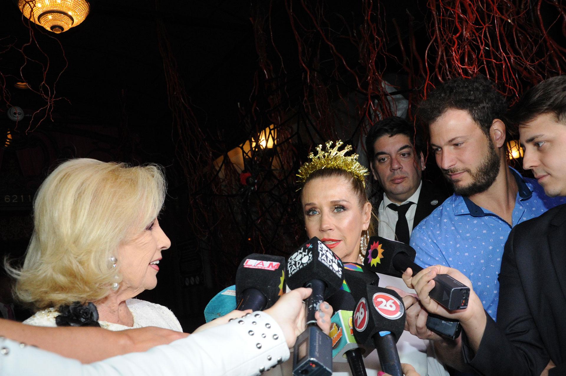 Mirtha y Marcela hablando con la prensa