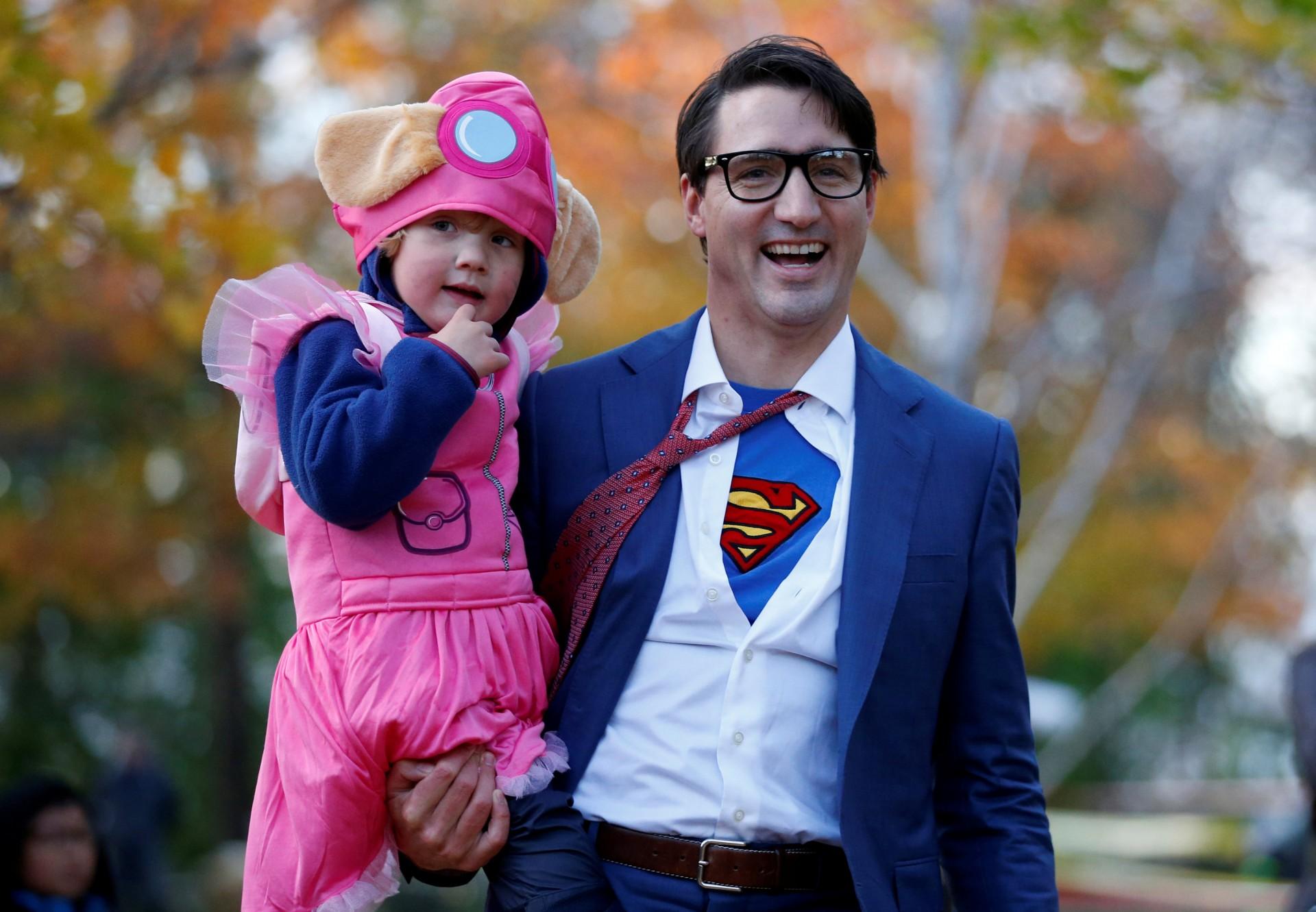 Trudeau junto a su hijo Hadrien, disfrazado en Clark Kent en las celebraciones de Halloween en Ottawa(REUTERS/Chris Wattie)