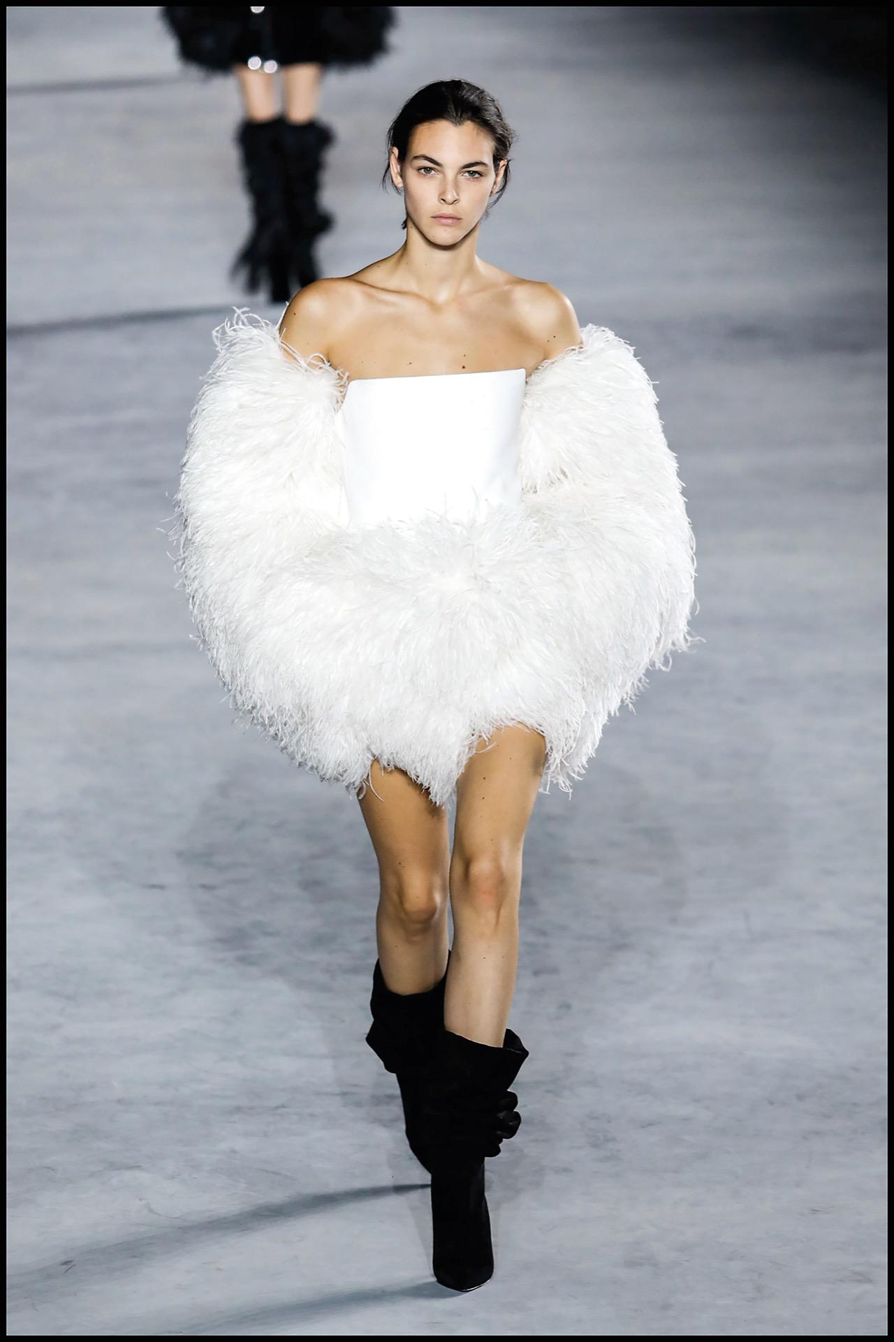 Desfile Saint Laurent con prendas escote Bardot
