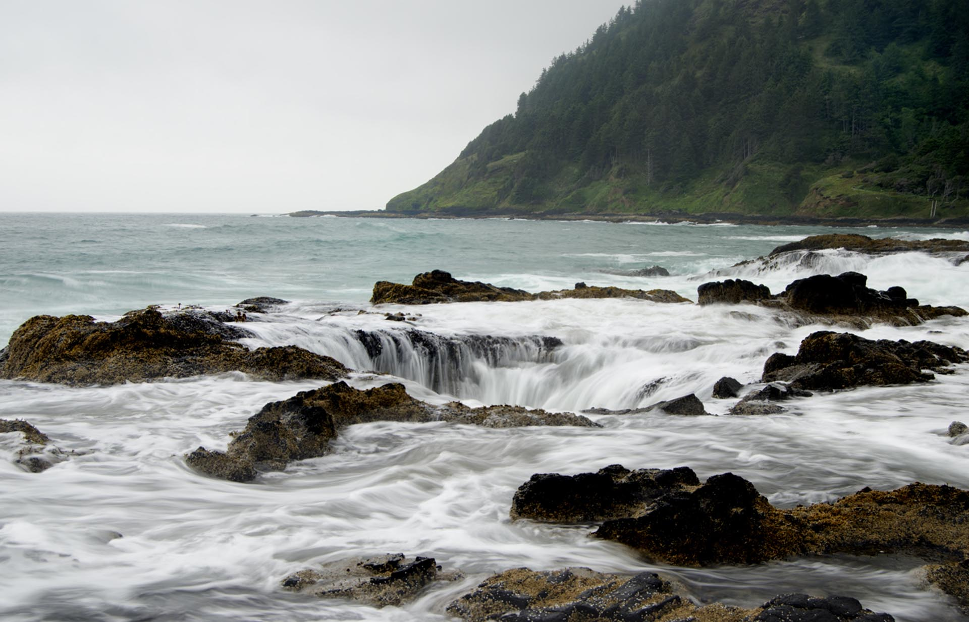 Durante la marea baja, y tomando muchas precauciones, es posible acercarse para tomar una fotografíadel gigantesco Pozo de Thor.