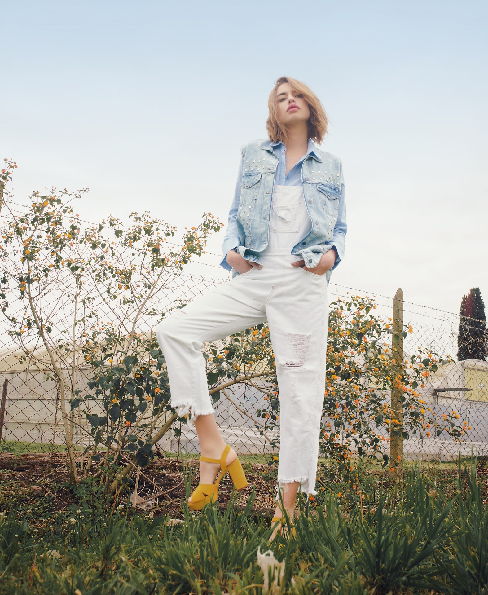 Chaleco de jean con tachas ($ 2.900, Uma), camisa con encaje ($ 1.890, Ossira), jardinero de jean con roturas ($ 2.500, Lovely Denim) y sandalias de gamuza ($ 3.850, Sofi Martiré).Foto Juan Jauregui/ Para Ti
