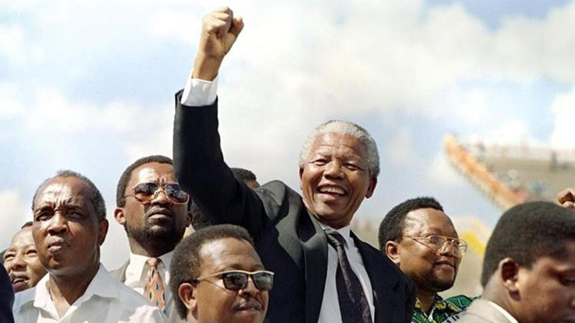 Nelson Mandela, poco después de haber asumido la presidencia de Sudáfrica, en 1994.