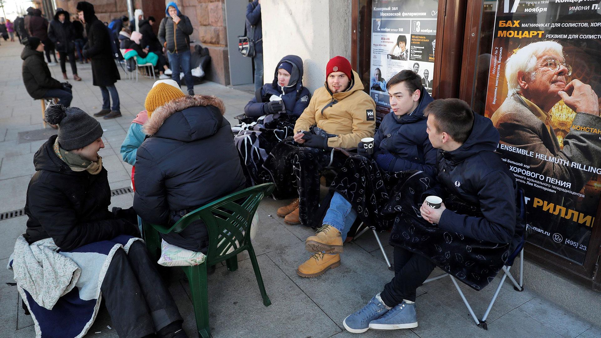 En Moscú también mucha gente se decidió a esperar por horas en la puerta de los locales de Apple para poder conseguir el nuevo iPhone (EFE)