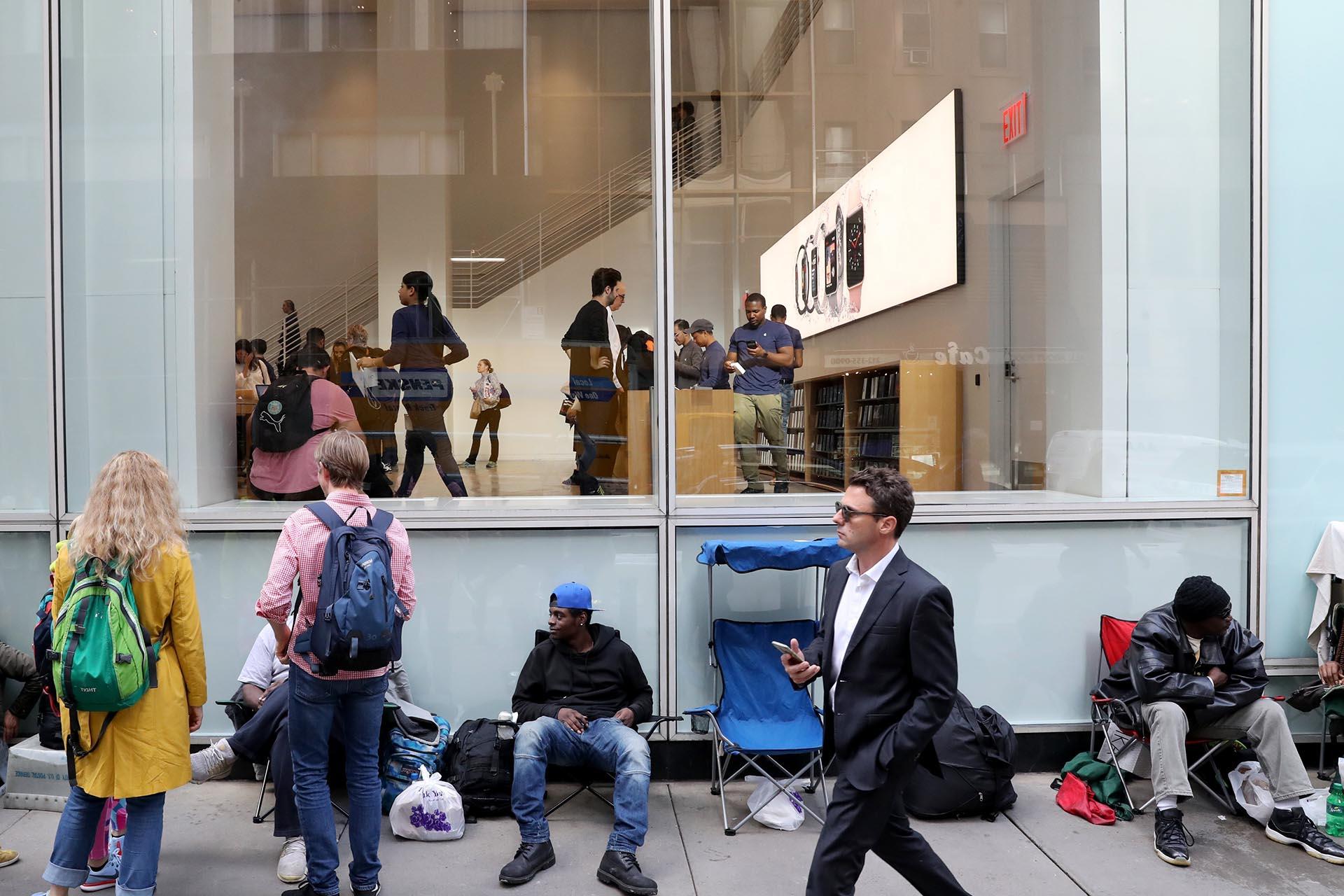 Decenas de personas hicieron fila afuera de una tienda Apple ayer en Nueva York para esperar el lanzamiento del nuevo iPhone X (EFE/ANDREW GOMBERT)