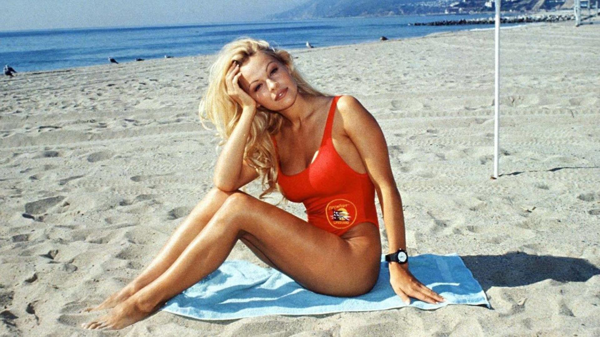 La actriz canadiense, que se hizo famosa por Baywatch, se ha pasado a la política de alto nivel.
