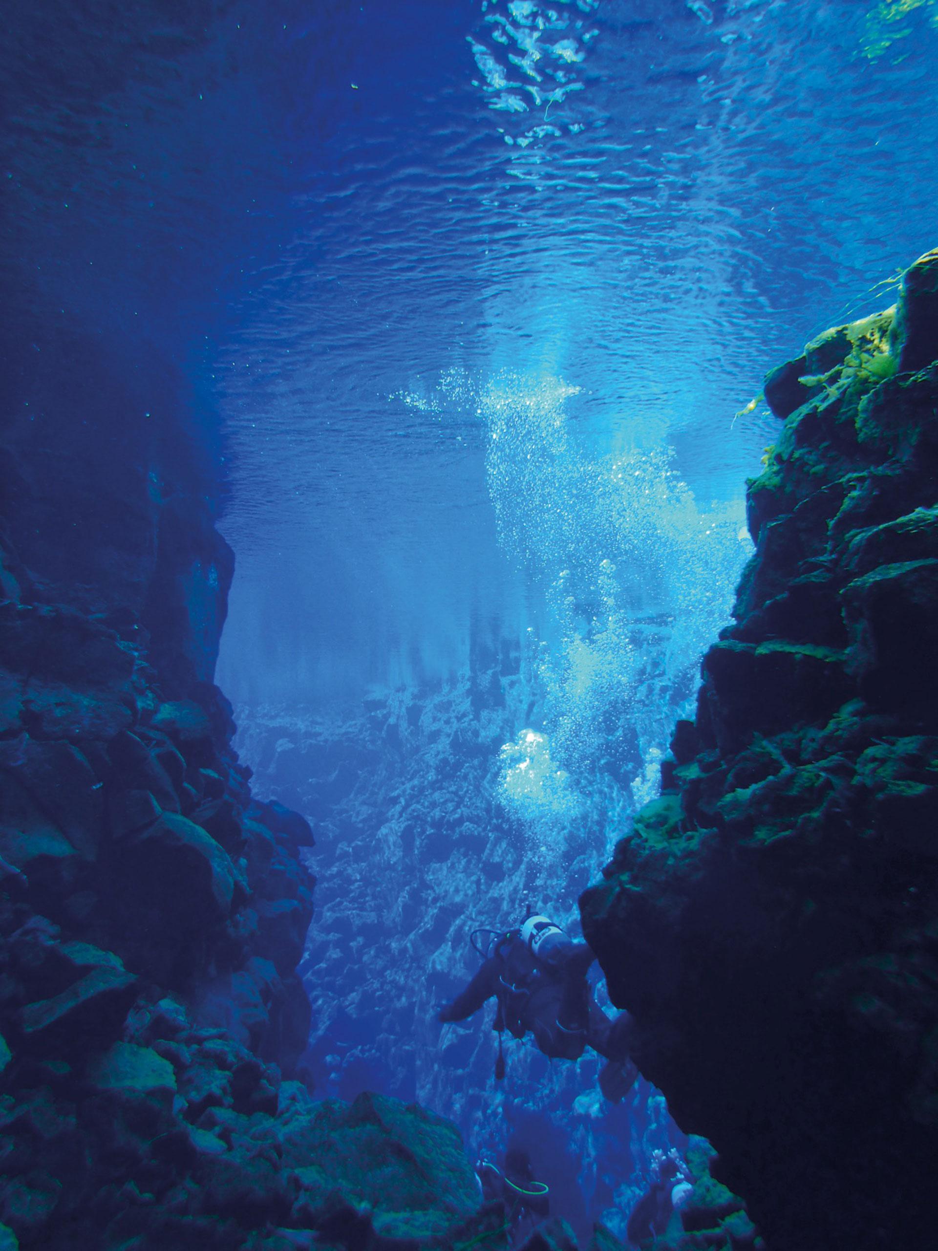 En la grieta de Silfra la temperatura del agua es de 2 grados, pero dicen que la sensación de estar entre las placas tectónicas es alucinante.