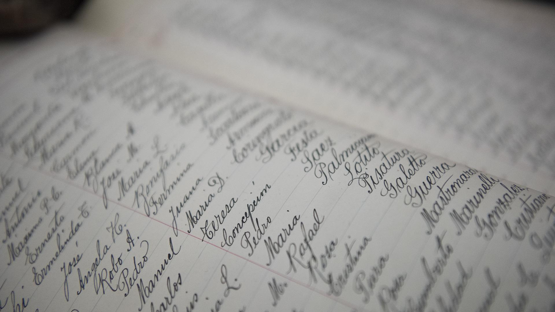 Lps documentos se encuentran disponibles para que el público descubra actas de nacimiento, bautismo y defunción de los personajes más importantes de la historia nacional (fotos de Adrián Escandar)
