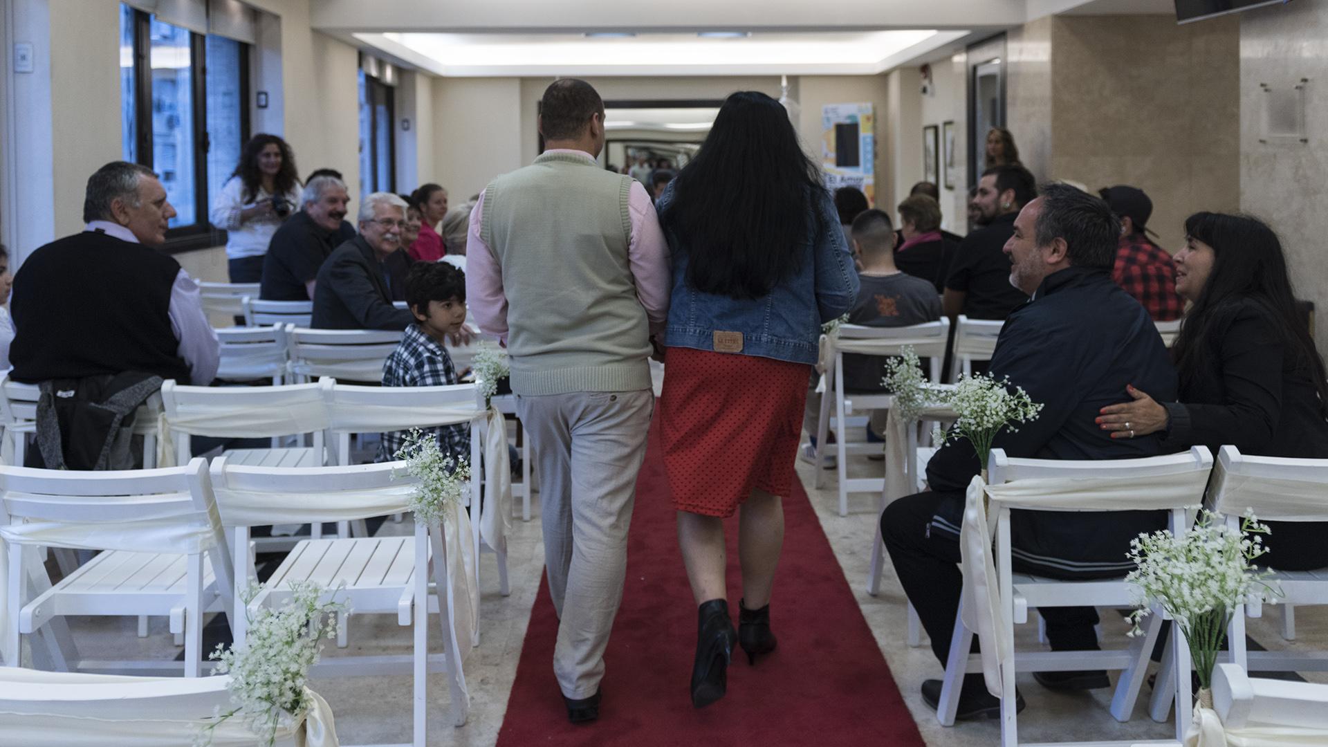 Patricio y María de los Ángeles caminan sobre la alfombra roja del legendario tercer piso de Uruguay 753