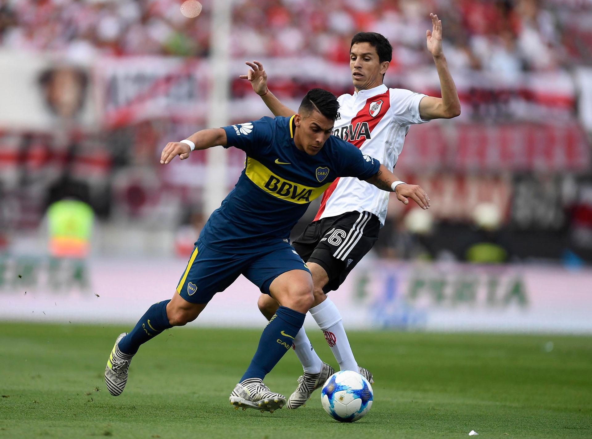 Cristian Pavón no tuvo su mejor tarde con la camiseta de Boca, pero su presencia siempre le imprime vértigo al ataque de Boca. Aquí deja atrás la marca de Ignacio Fernández
