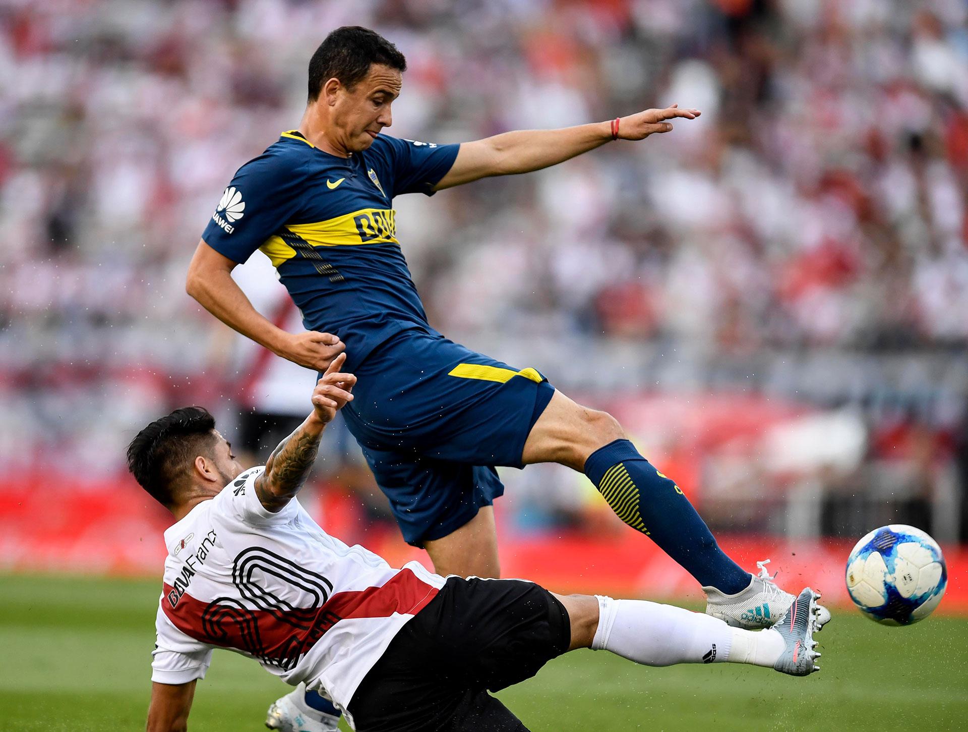 Leonardo Jara tuvo un gran rendimiento en Boca. Aquí en una de las tantas veces que superó a Milton Casco