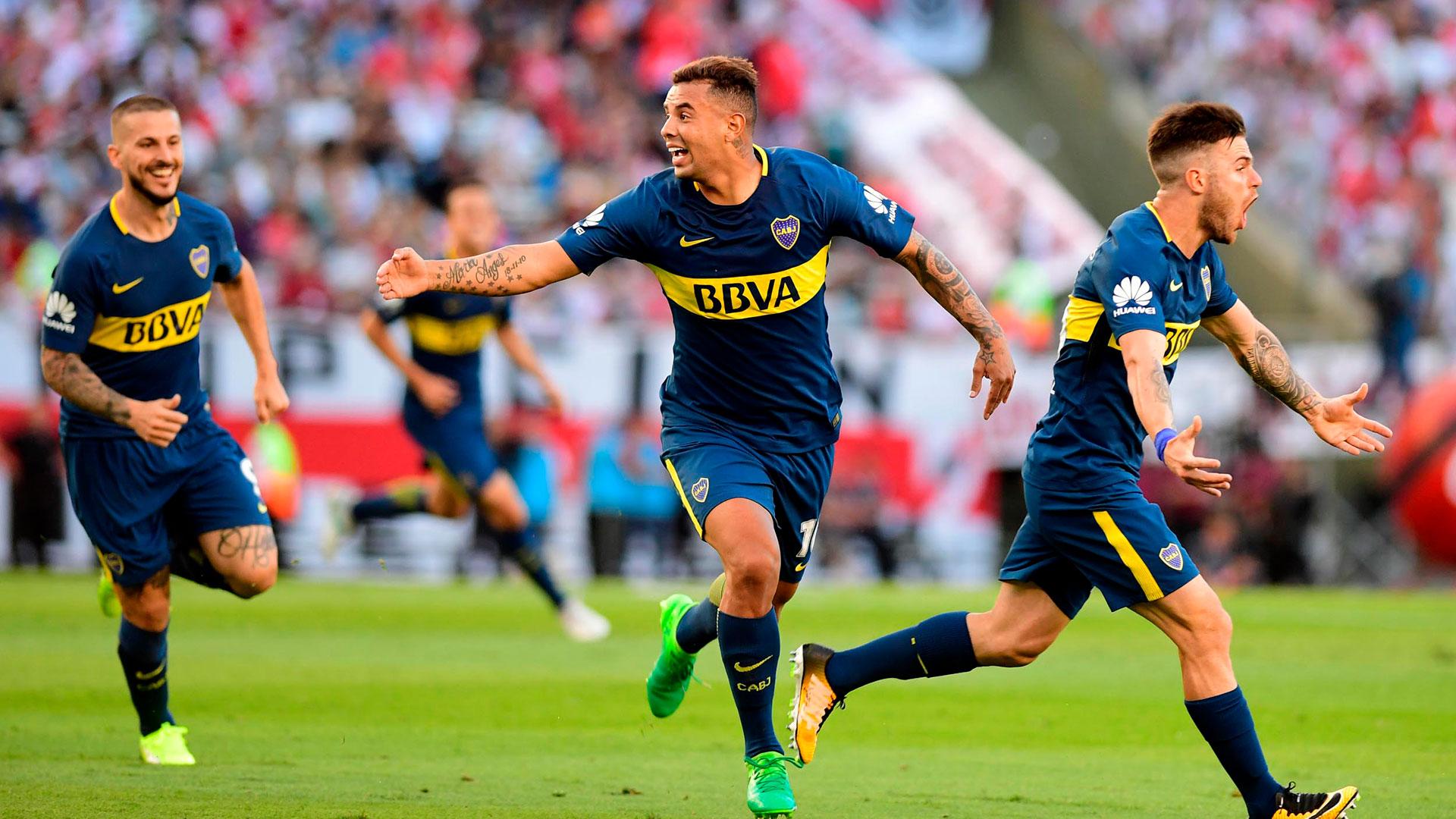 Todo es alegría para los jugadores de Boca tras el gol de Cardona. Benedetto corre con una sonrisa en su búsqueda y Nández, más tarde el otro héroe, se llena la boca con el grito sagrado