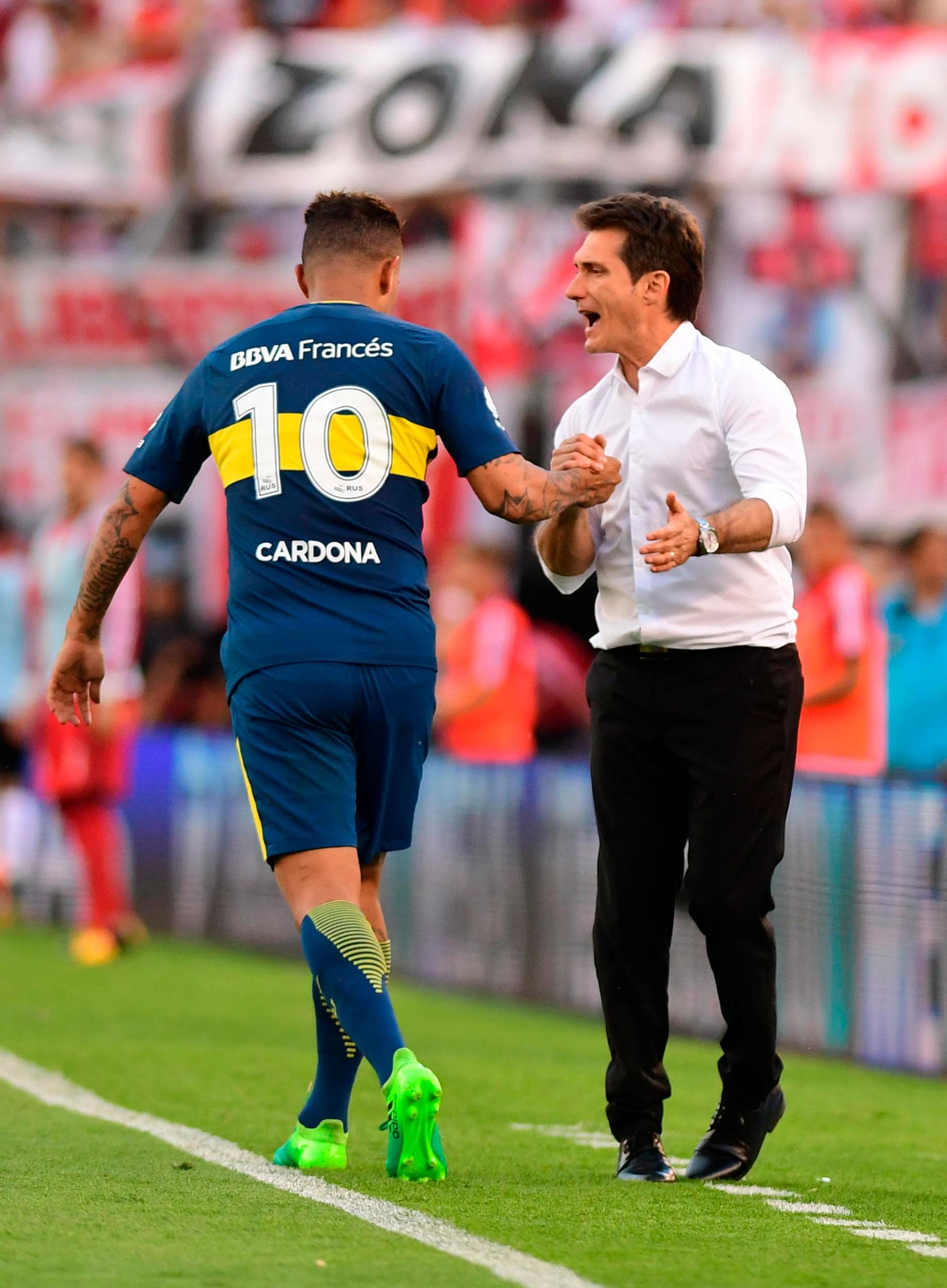 Guillermo Barros Schelotto, el líder que supo transmitir cómo se juega un Superclásico en el Monumental, saluda a Cardona tras su gol