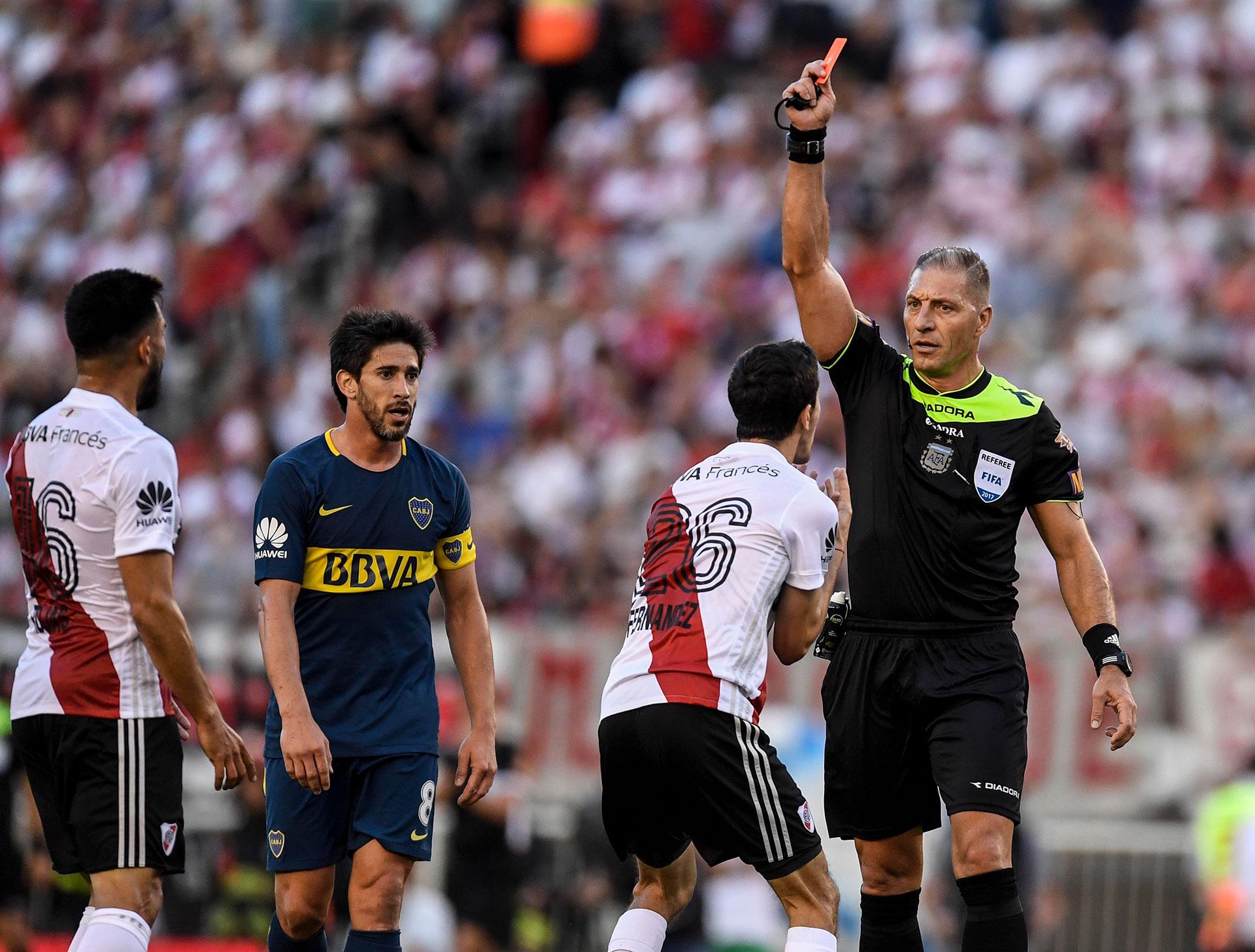 Nacho Fernández discute en vano. La roja que le mostró el árbitro Néstor Pitana por su planchazo a Cardona fue indiscutible