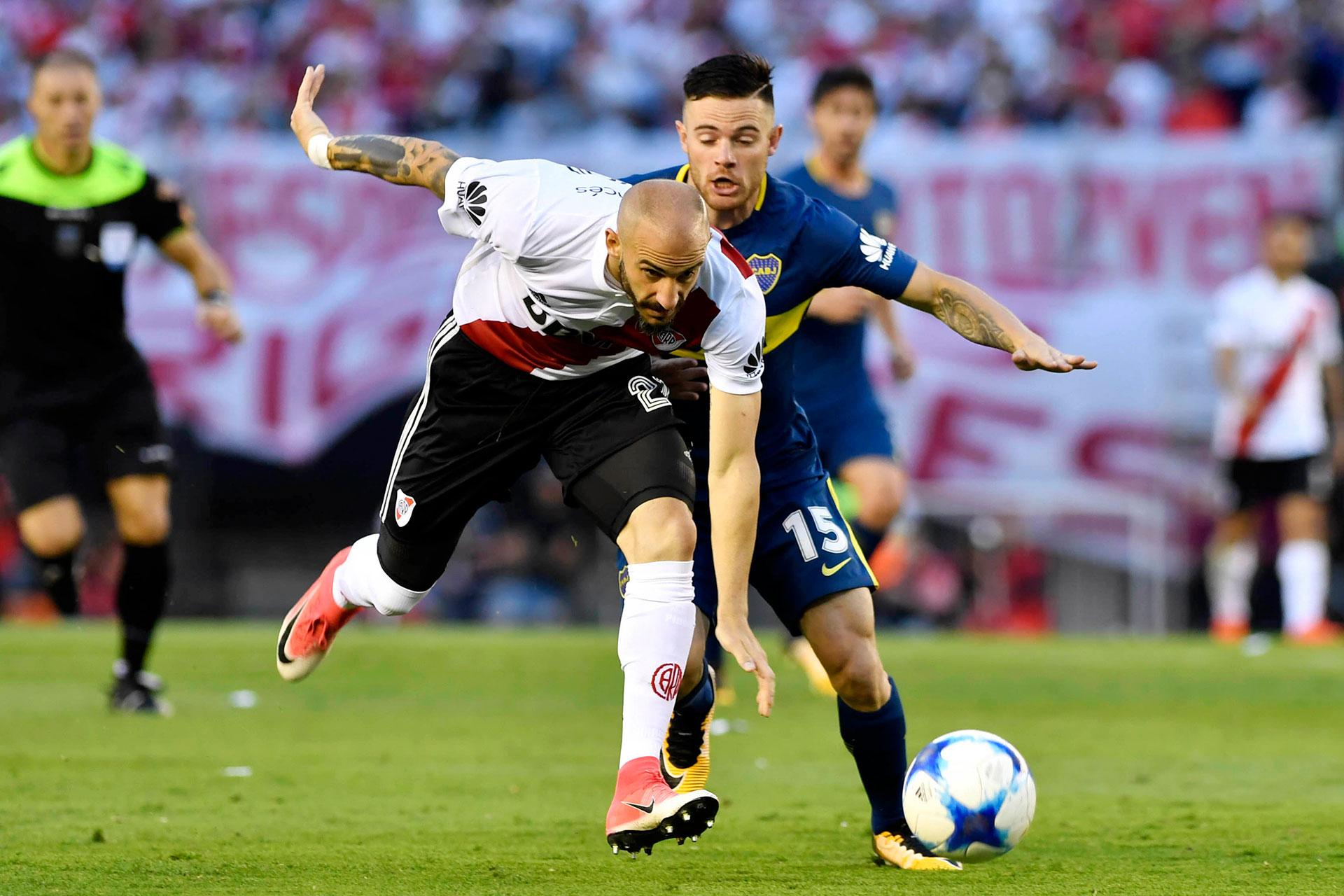 Javier Pinola y Naithan Nández, lucha cuerpo a cuerpo por la pelota. Ganaría el segundo