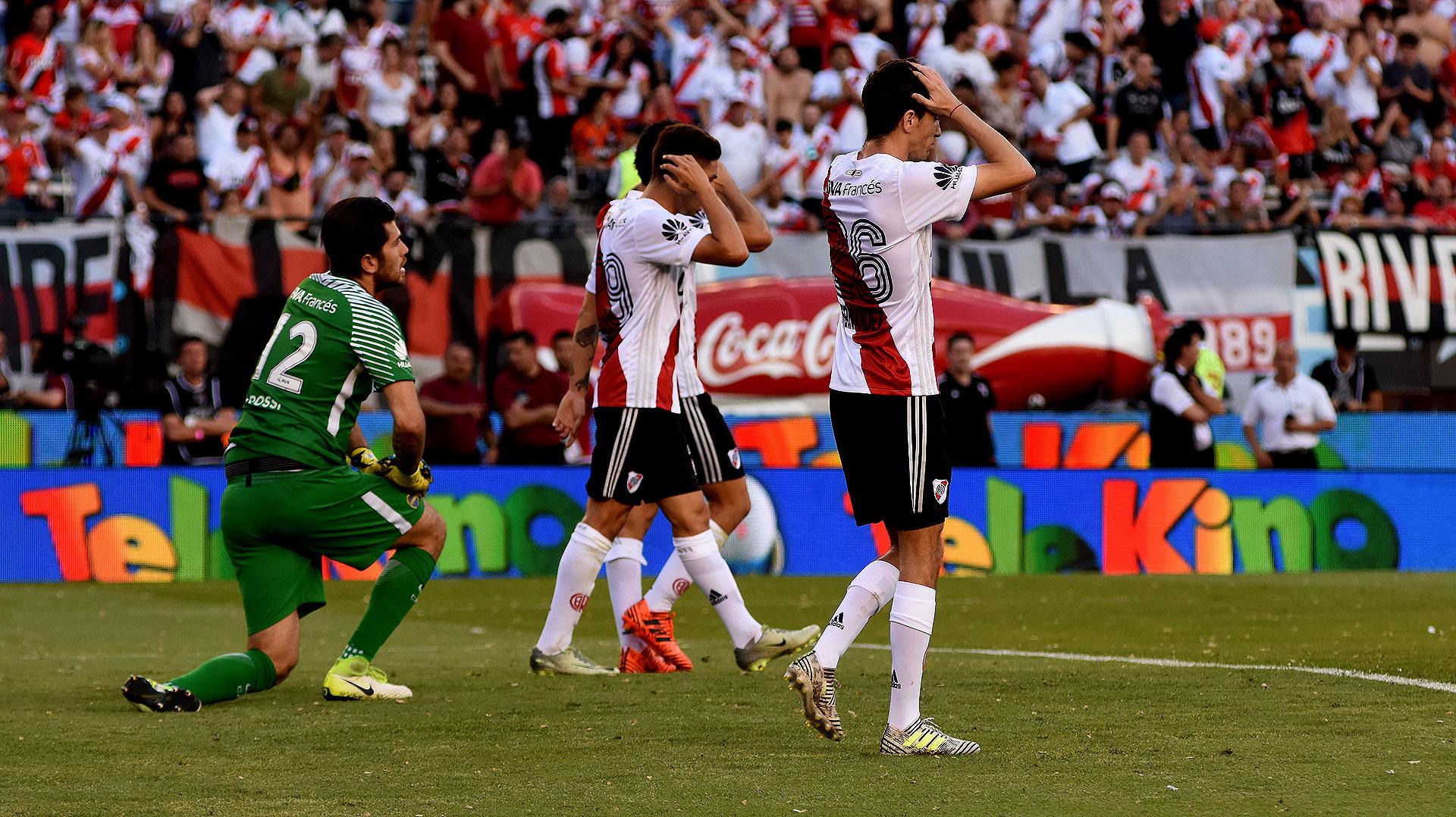 El arquero de Boca termina de tapar un disparo de Ignacio Scocco que tenía destino de gol. Lo lamenta River