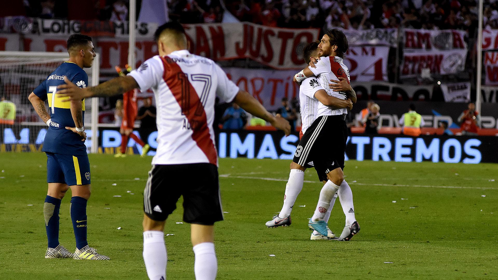 """River llegó al empate y celebra. Ponzio, autor del gol, es abrazado por """"Pity"""" Martínez"""