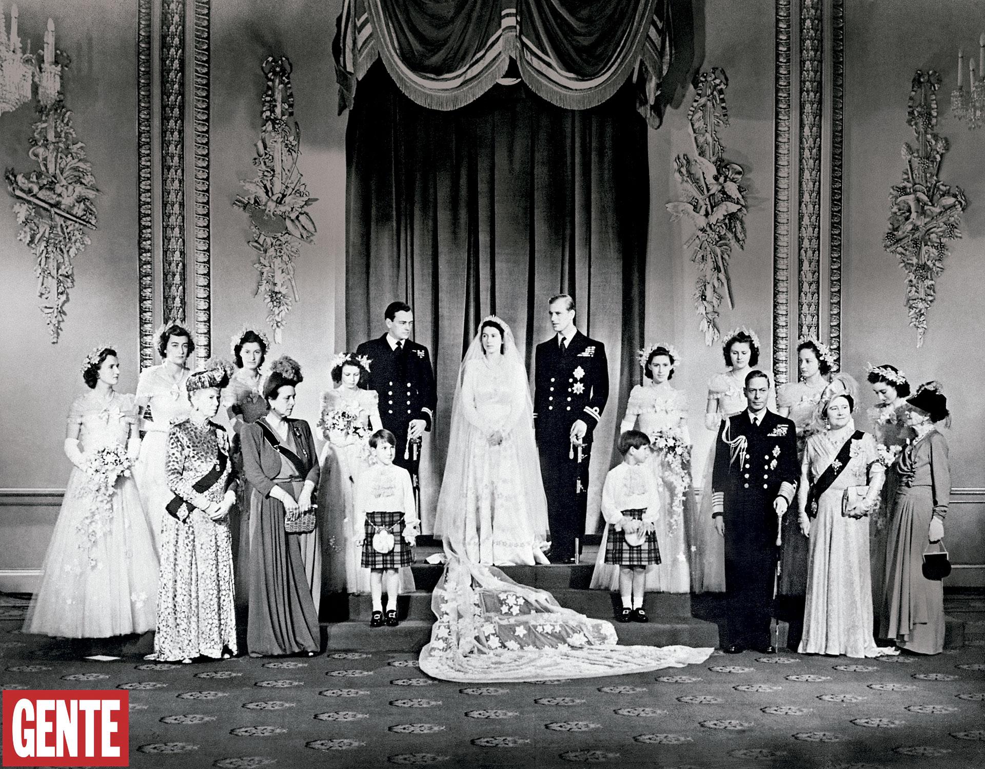 Los Windsor de postguerra. La foto oficial de la boda, el 20de noviembre de 1947. La entonces princesa Isabel –de 21 años– con Felipe de Edimburgo –de27– en el Throne Room del Palaciode Buckingham, rodeados por lafamilia real. FOTO AFP