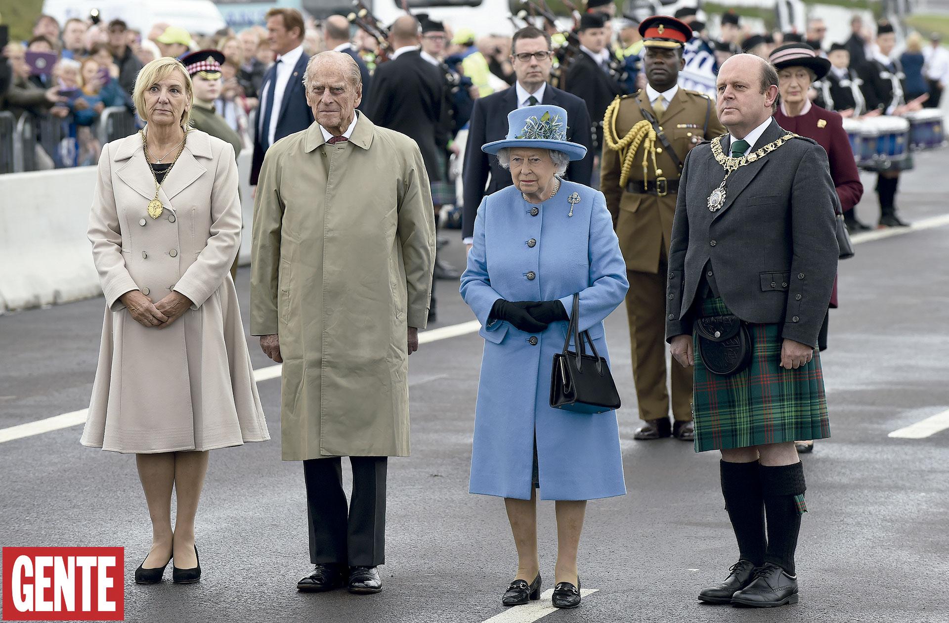 En octubre del año pasado, la reina –con su clásica cartera Launer y los zapatos de David Hyatt– junto al duque de Edimburgo, de visita en el HouseholdCavalry Mounted Regiment, en Hyde Park; junto a ella, Felipe. FOTO:AFP