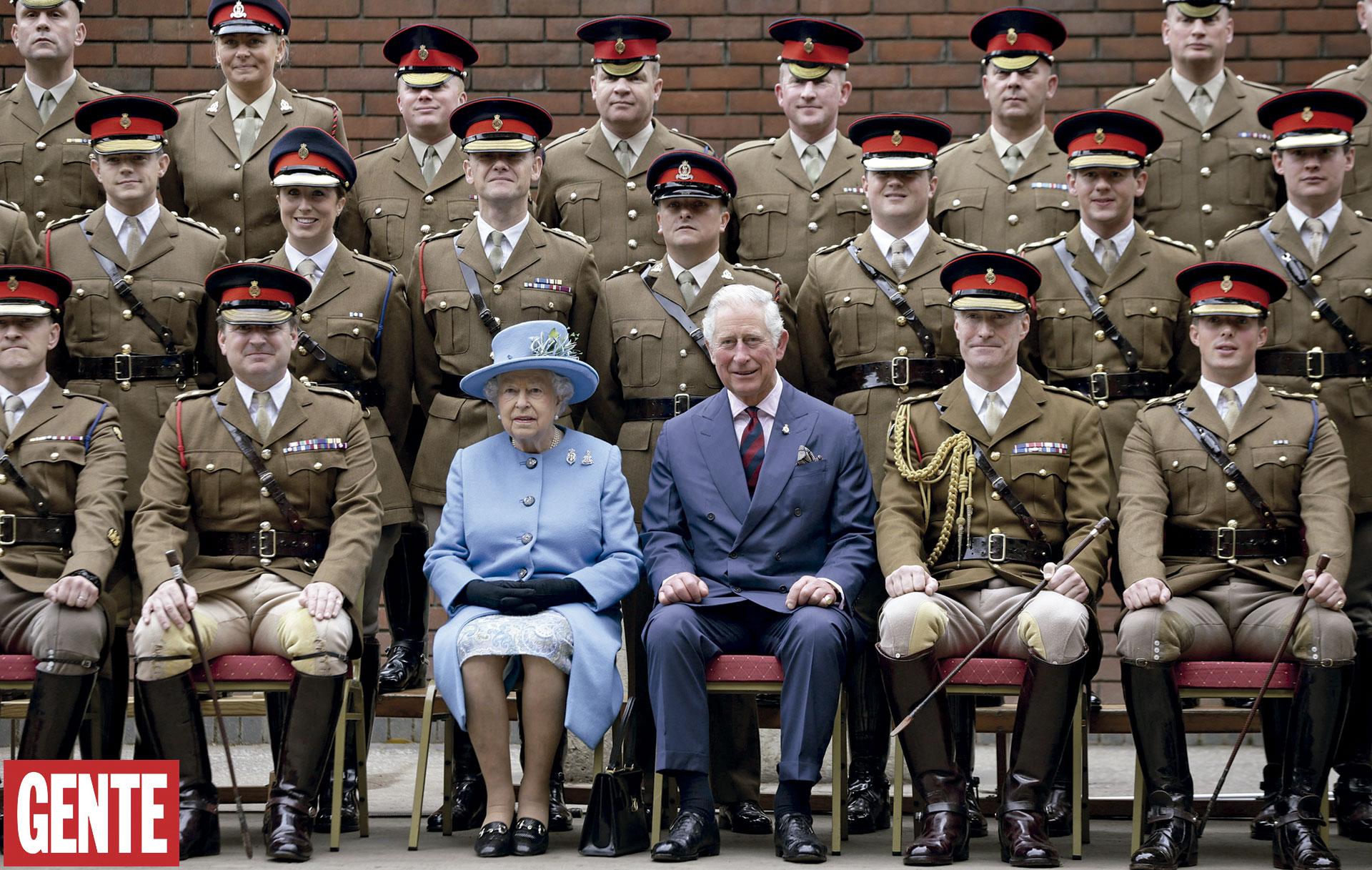 Con su hijo, el príncipe Carlos, heredero deltrono, y los oficiales de esa unidad militar. FOTO:AFP
