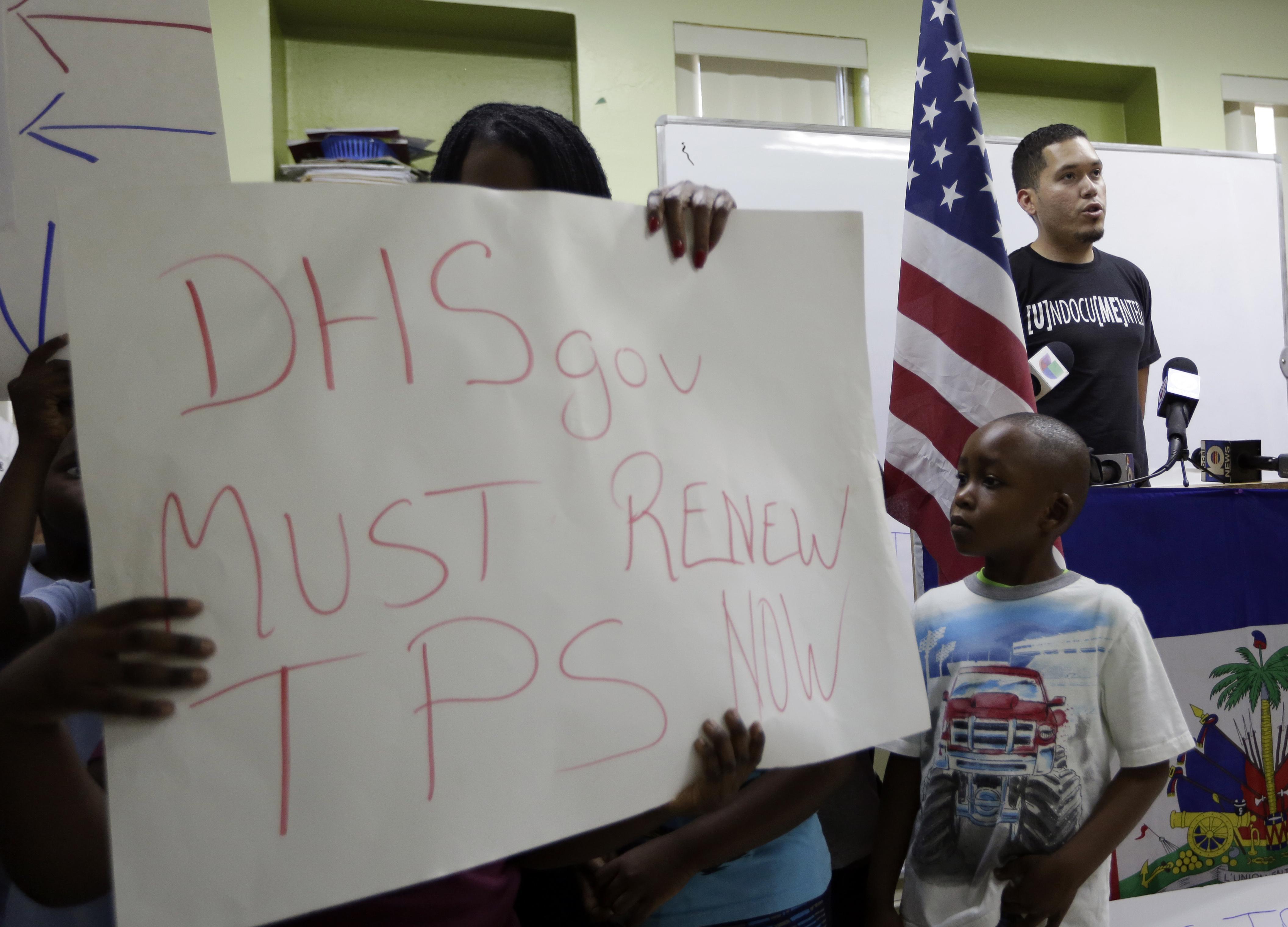 Julio Calderon, 28,un inmigrante indocumentado de Honduras, durante una manifestación para pedir la renovación del TPS. (AP Photo/Lynne Sladky)