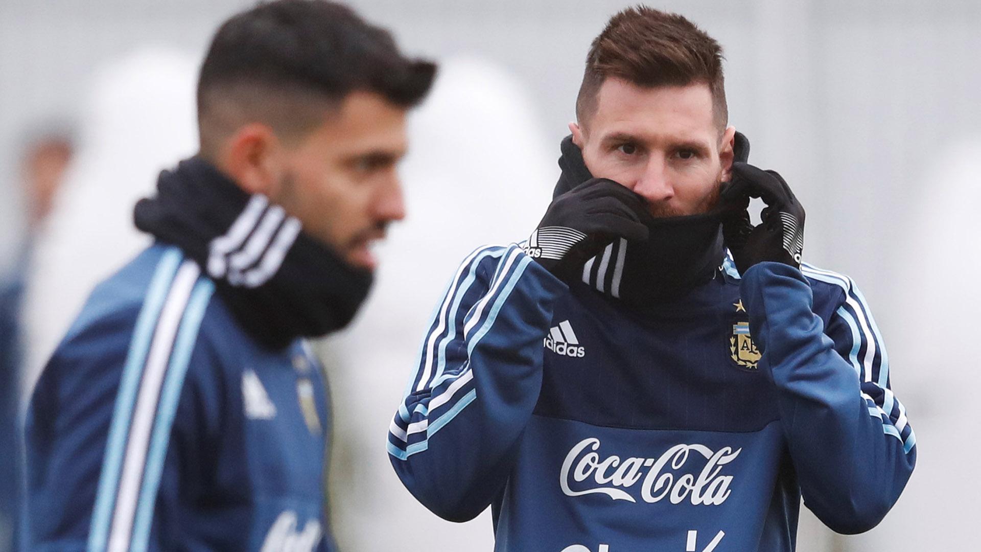 Lionel Messi y Sergio Agüero, sufriendo el frío de Moscú (Reuters)