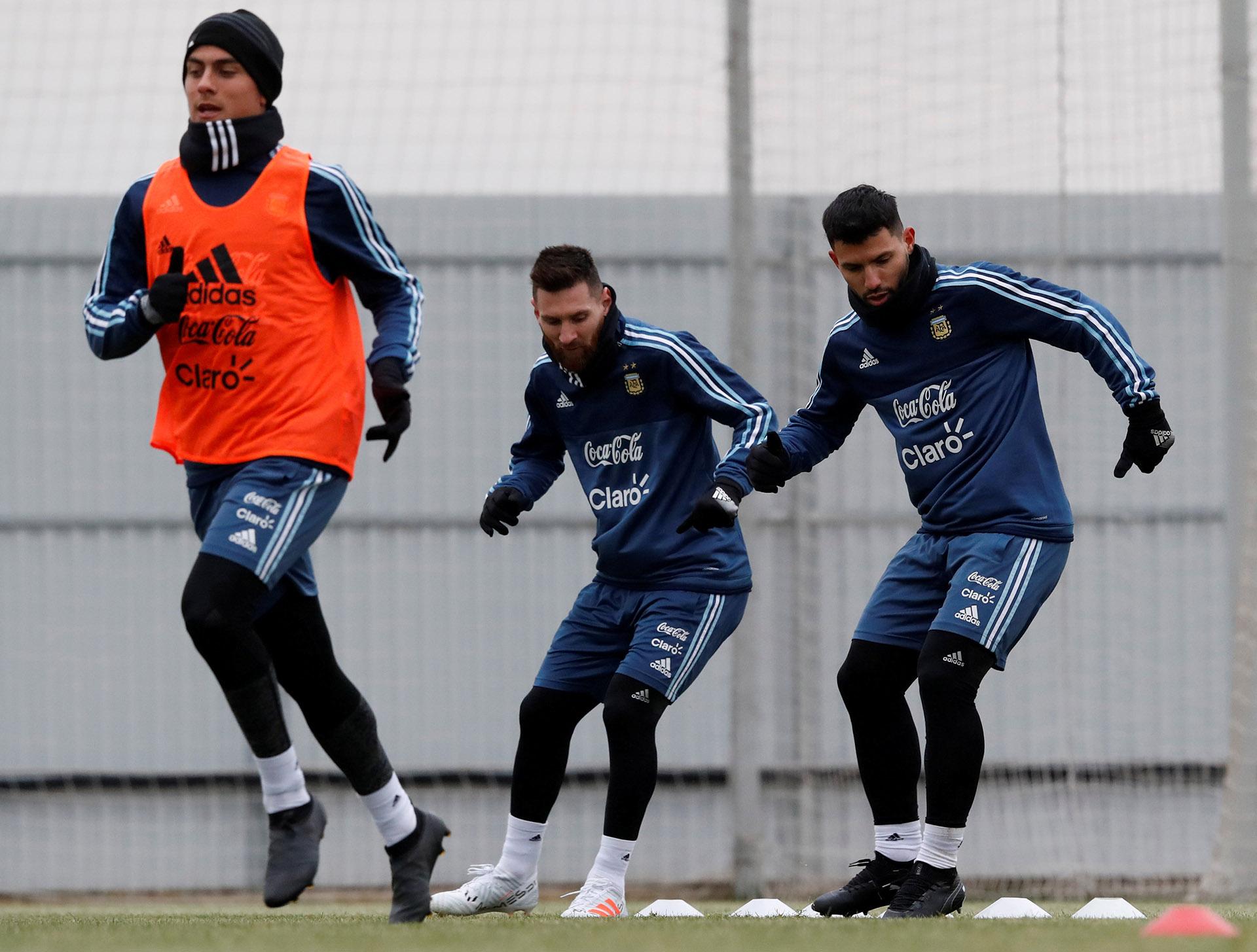 Paulo Dybala, Lionel Messi y Sergio Aguero entrenaron juntos durante toda la práctica (Reuters)