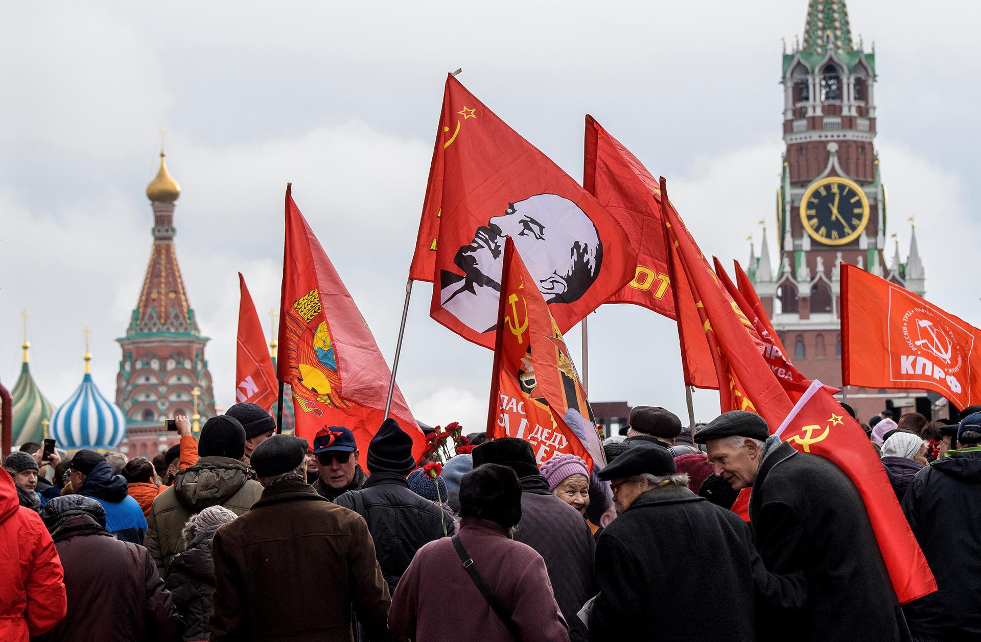 La imagen de Lenin, líder fundador de la Rusia soviética, en las banderas (AFP)