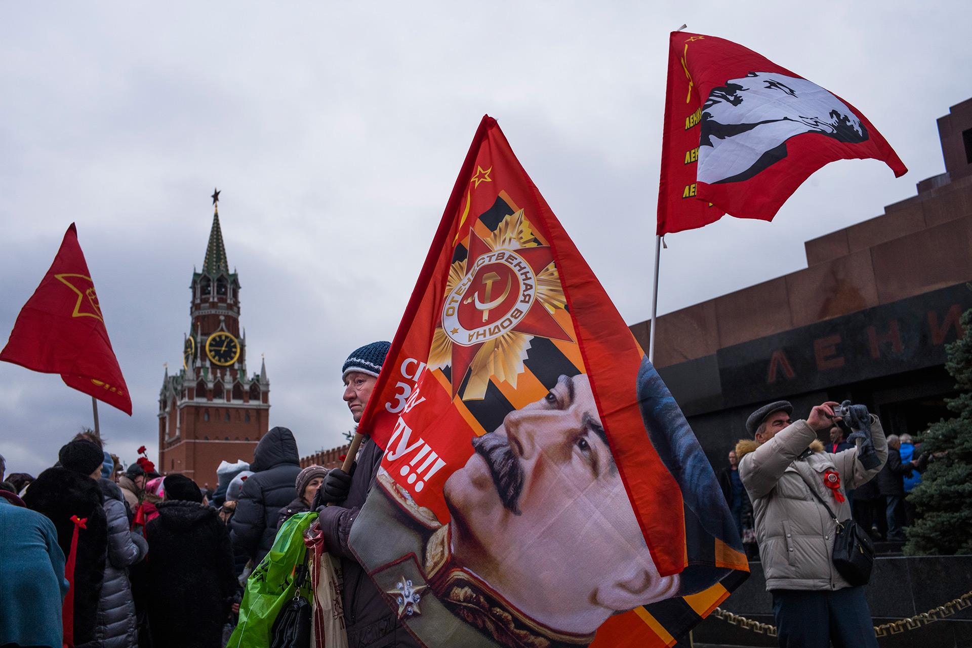 Una bandera con el rostros de Josef Stalin, líder durante la Segunda Guerra Mundial (AP)