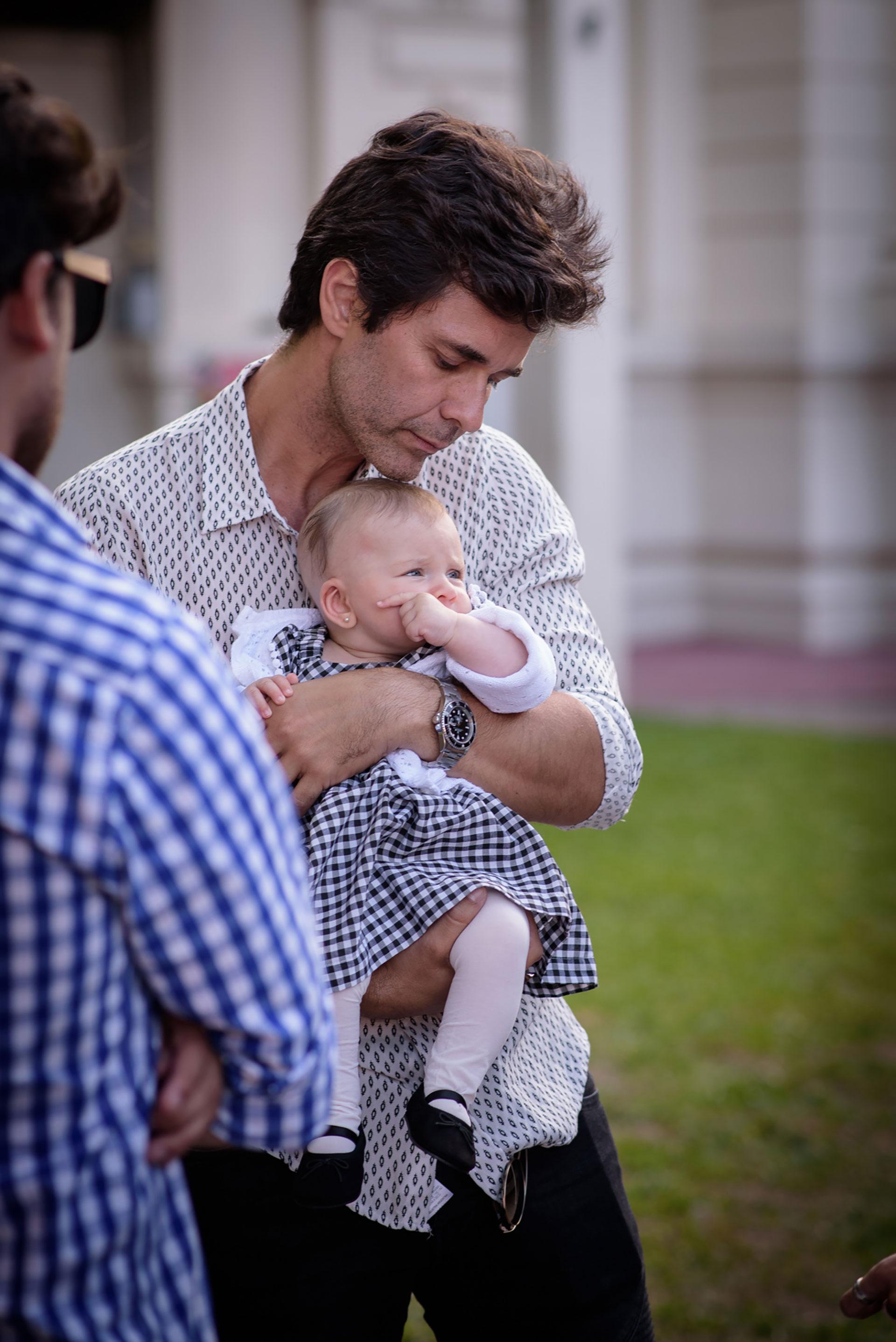 Mariano Martínez y la pequeña Alma, de cuatro meses.