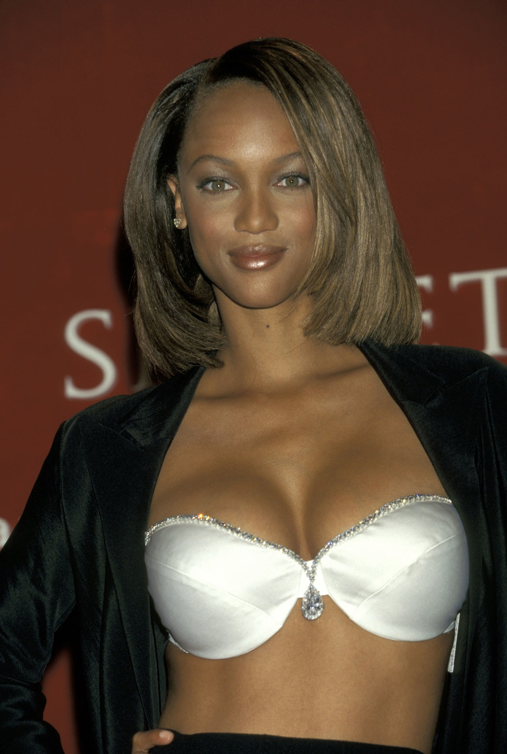 "1997: Tyra Banks was the first African-American woman to wear the fantasy bra for the first time.  They called it the ""Diamond Dream Bra"".  This soutien is made with 93 natural pearls and 100 diamonds around the edge of the cup.  In the center, the chosen pendant is a broken diamond with 42 small pearls.  Its value: USD 3,000,000"