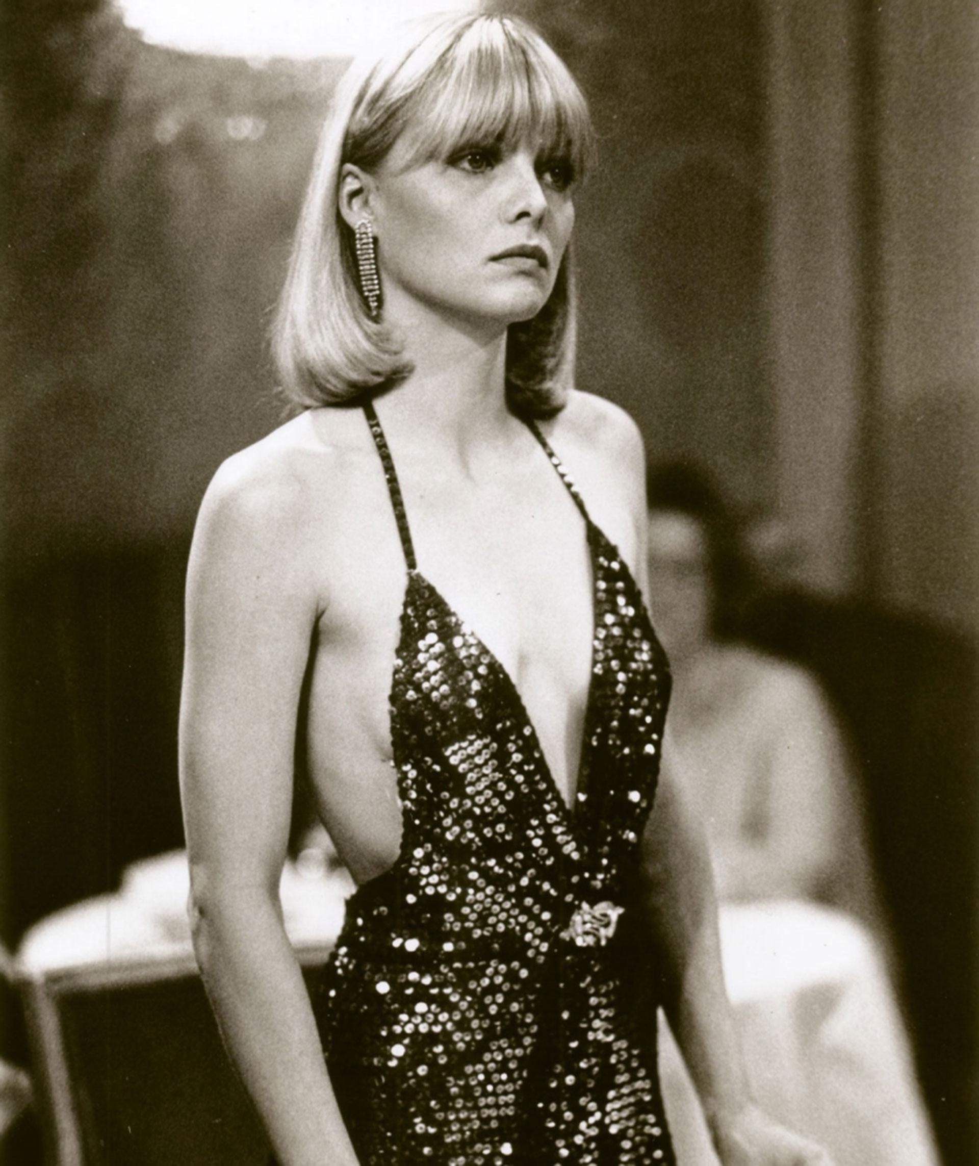"""El look de Michelle que se puso en la piel de Elvira Hancook la película """"Sarface"""" filmada en 1983. Su vestimenta fue un icono en el filme"""